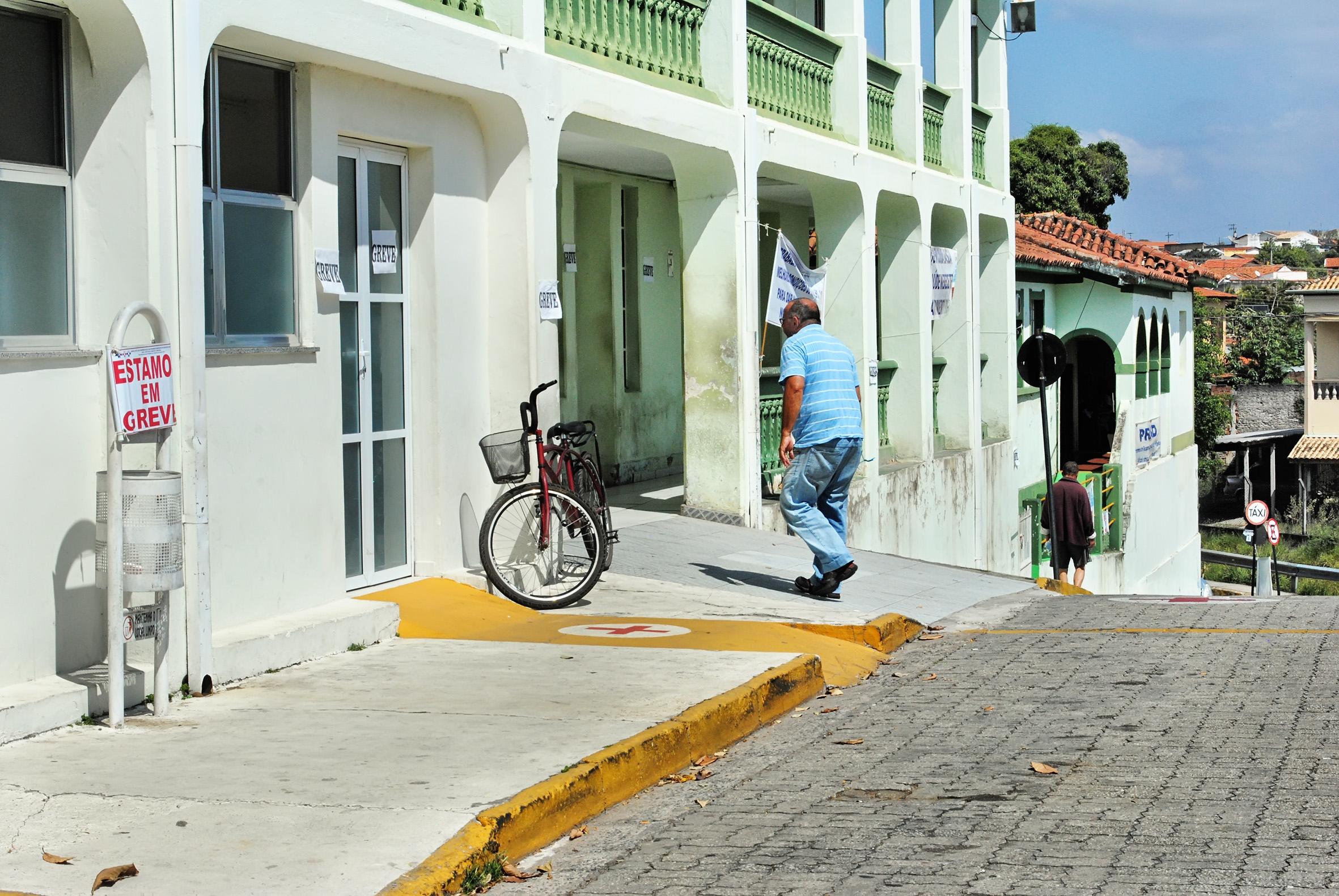 Funcionários cobram benefícios e salário durante protesto em frente à Santa Casa (Foto: Andreah Martins)