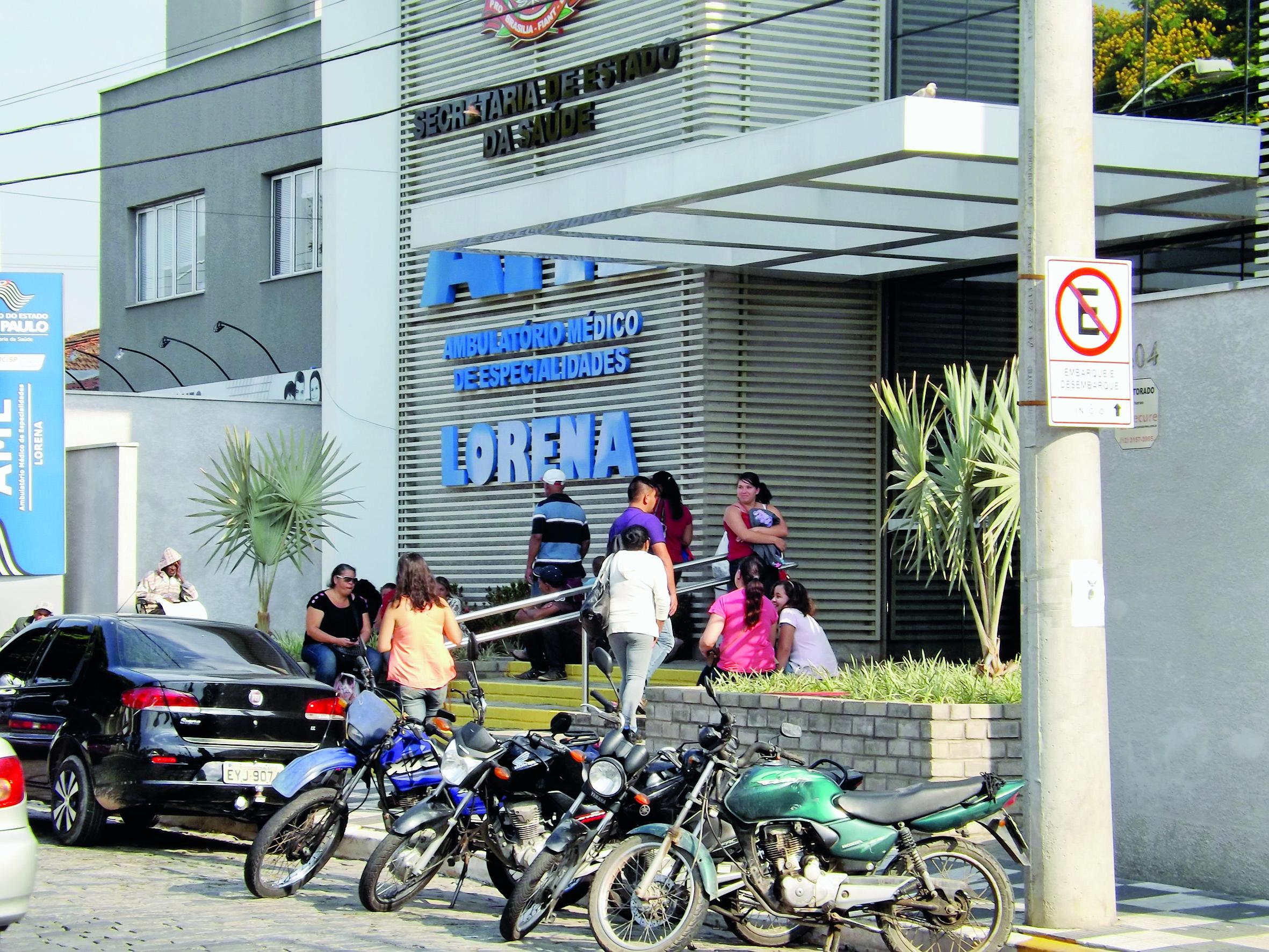 Pacientes e familiares em busca de exames laboratoriais no AME (Foto: Lucas Barbosa)
