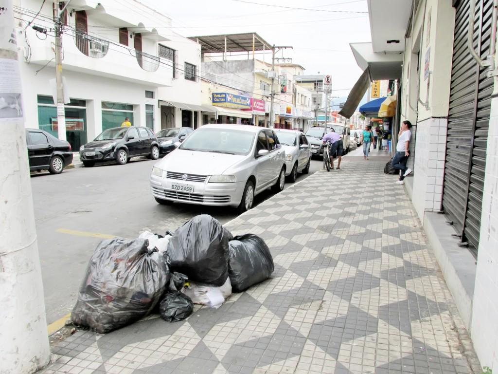 Lixo na calçada após falha na coleta; situação cada vez mais comum (Foto: Arquivo Atos)
