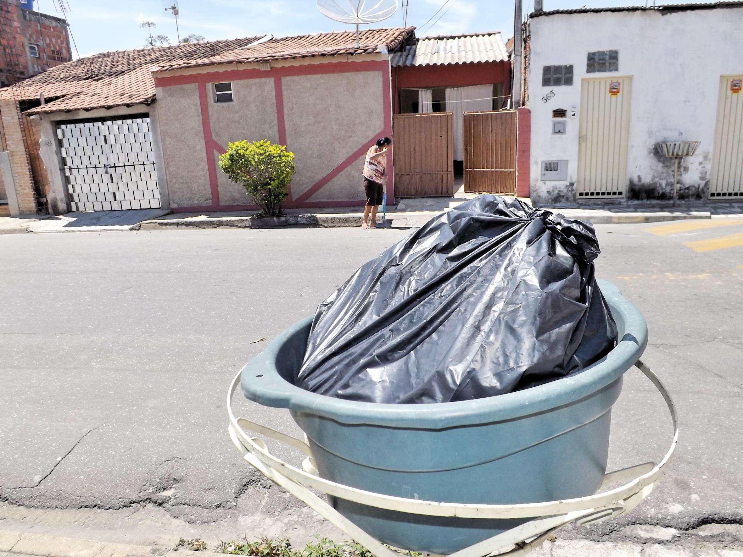 Lixo na rua do CDHU aguarda passagem de equipe de coleta municipal (Foto: Lucas Barbosa)