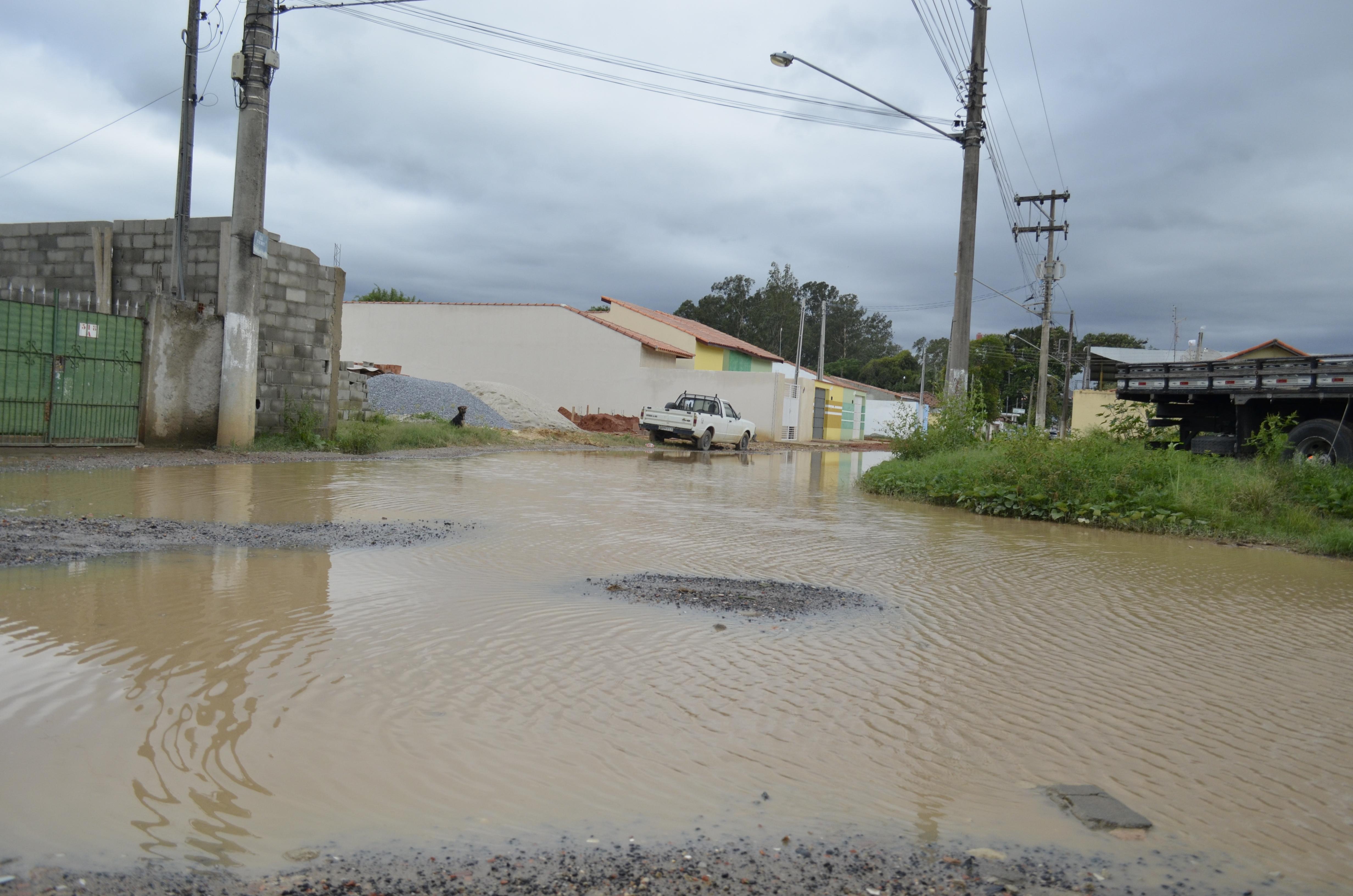 Rua tomada pela água após chuva que castigou a Vila Bela (Foto: Leandro Oliveira)