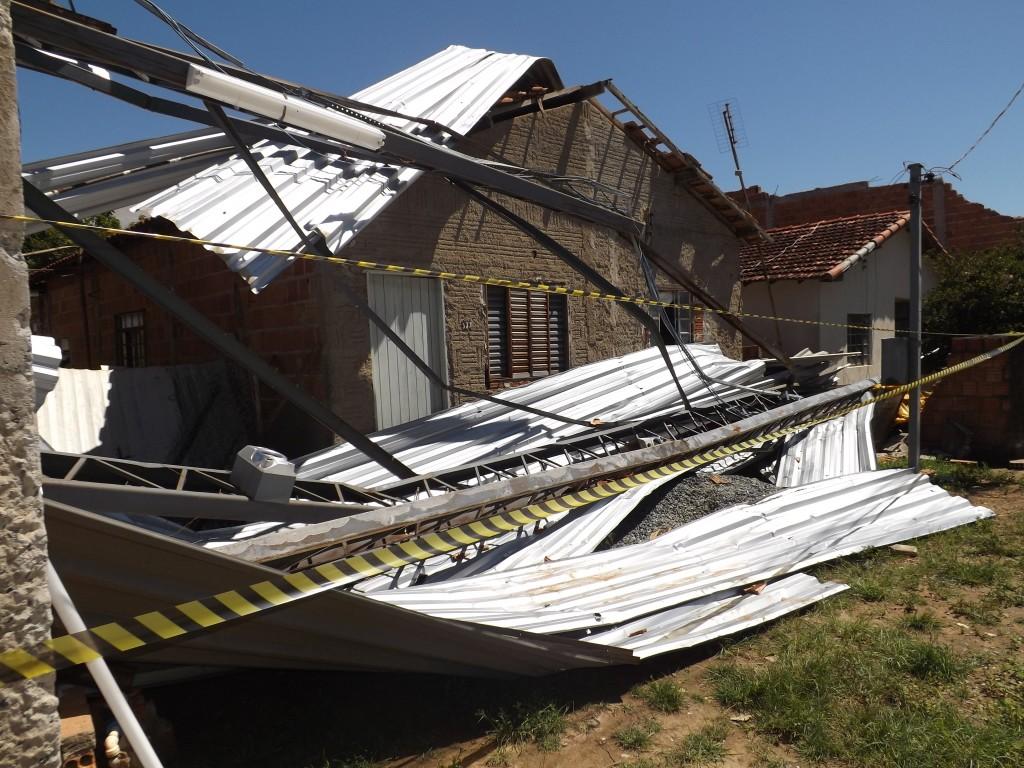 Casa atingida pela estrutura metálica do telhado de uma igreja no Novo Horizonte, em Lorena; chuva castigou outros pontos da cidade no último domingo (Foto: Lucas Barbosa)
