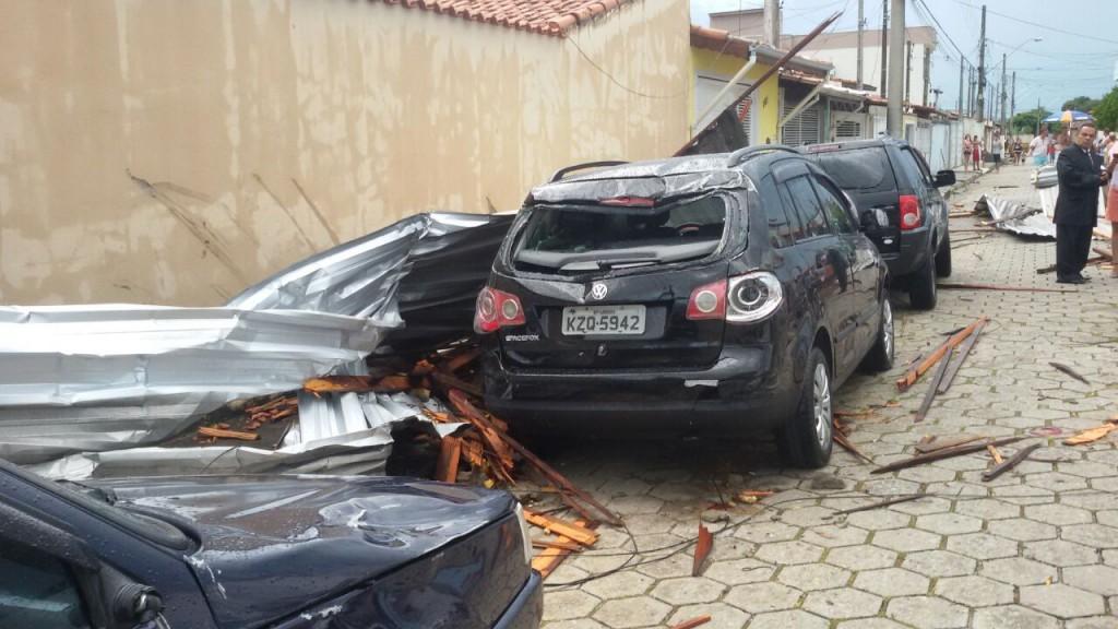 Carros danificados após chuva do último domingo, em Lorena (Foto: Reprodução)
