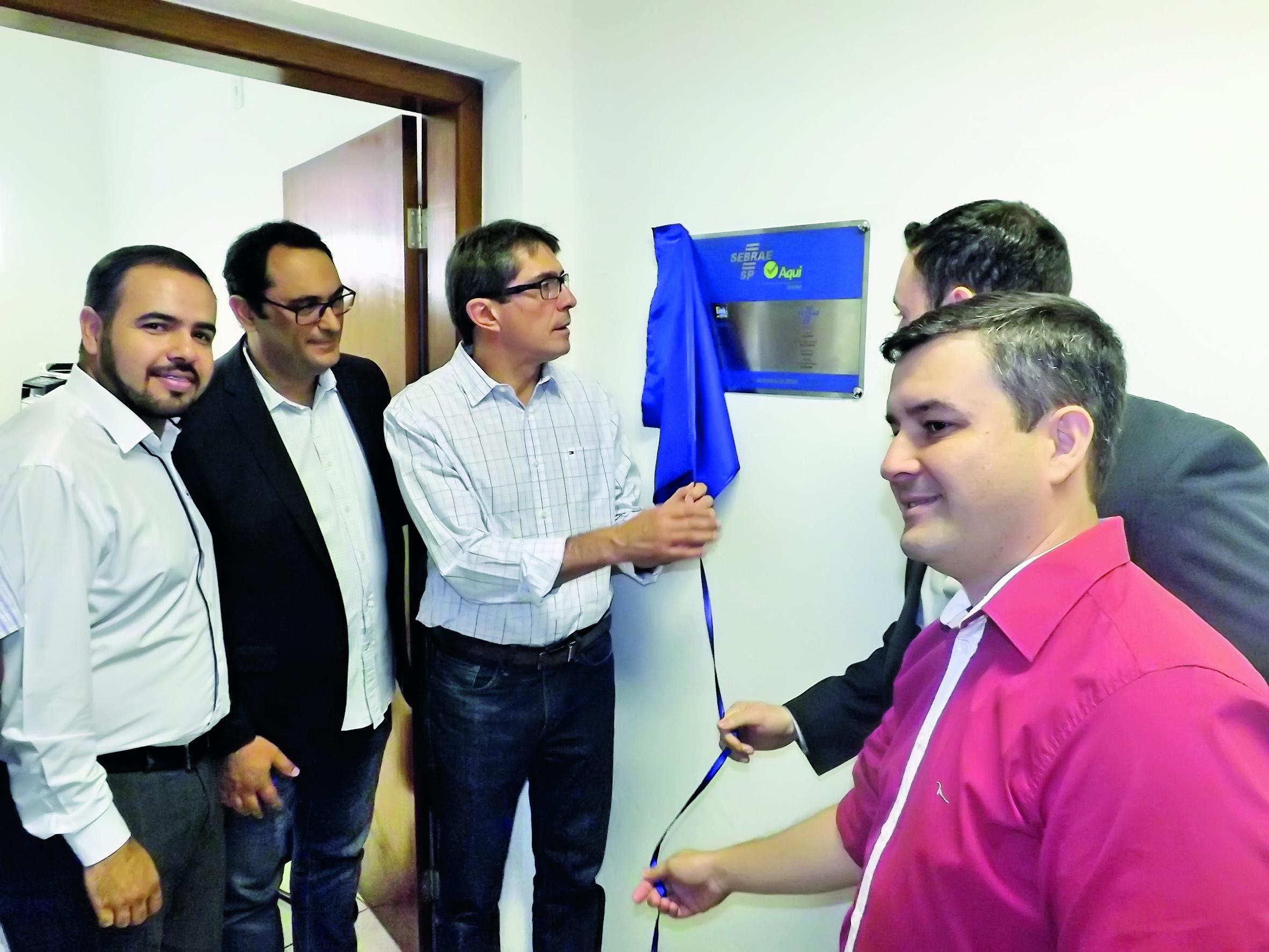 O prefeito Fábio Marcondes descerra placa de inauguração de sala aberta em parceria com o Sebrae; projeto tenta auxiliar novos empreendedores da cidade na criação de empresas (Foto: Lucas Barbosa)