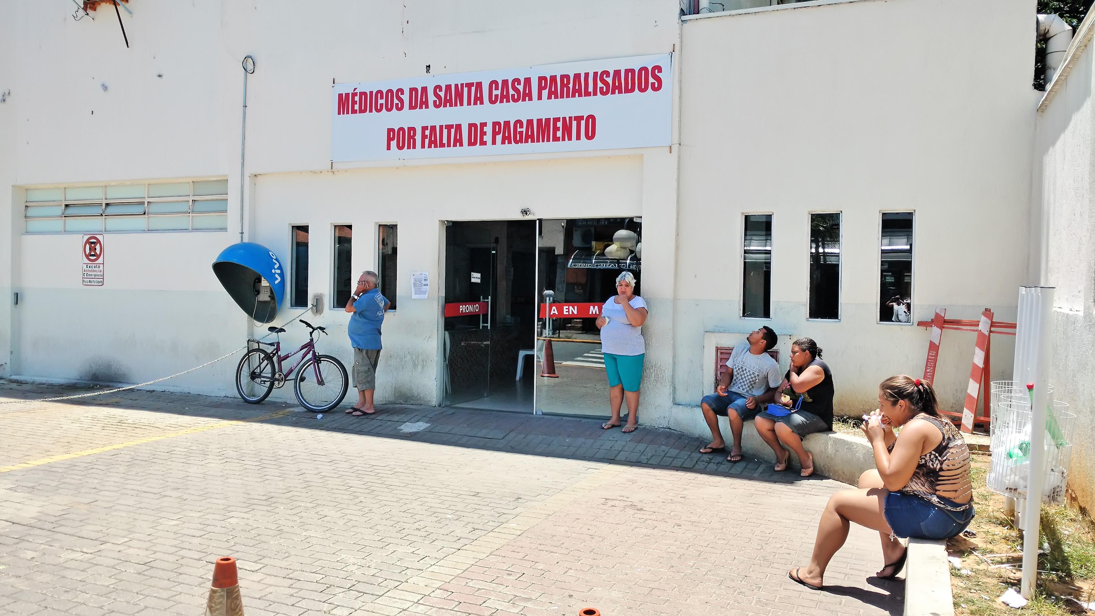 Sem atendimento, pacientes encontram nova faixa de protesto na entrada da Santa Casa de Aparecida (Foto: Arquivo Atos)