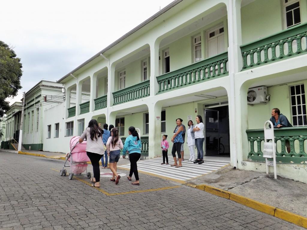 Pacientes procuram atendimento na Santa Casa de Cachoeira; Prefeitura não cumpriu acordo por dívidas (Foto: Arquivo Atos)