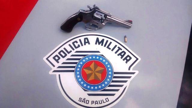 Revolver calibre 22 e a munição, que foram encontrados com os criminosos na tentativa de roubo, em Lorena (Foto: Divulgação / PM)