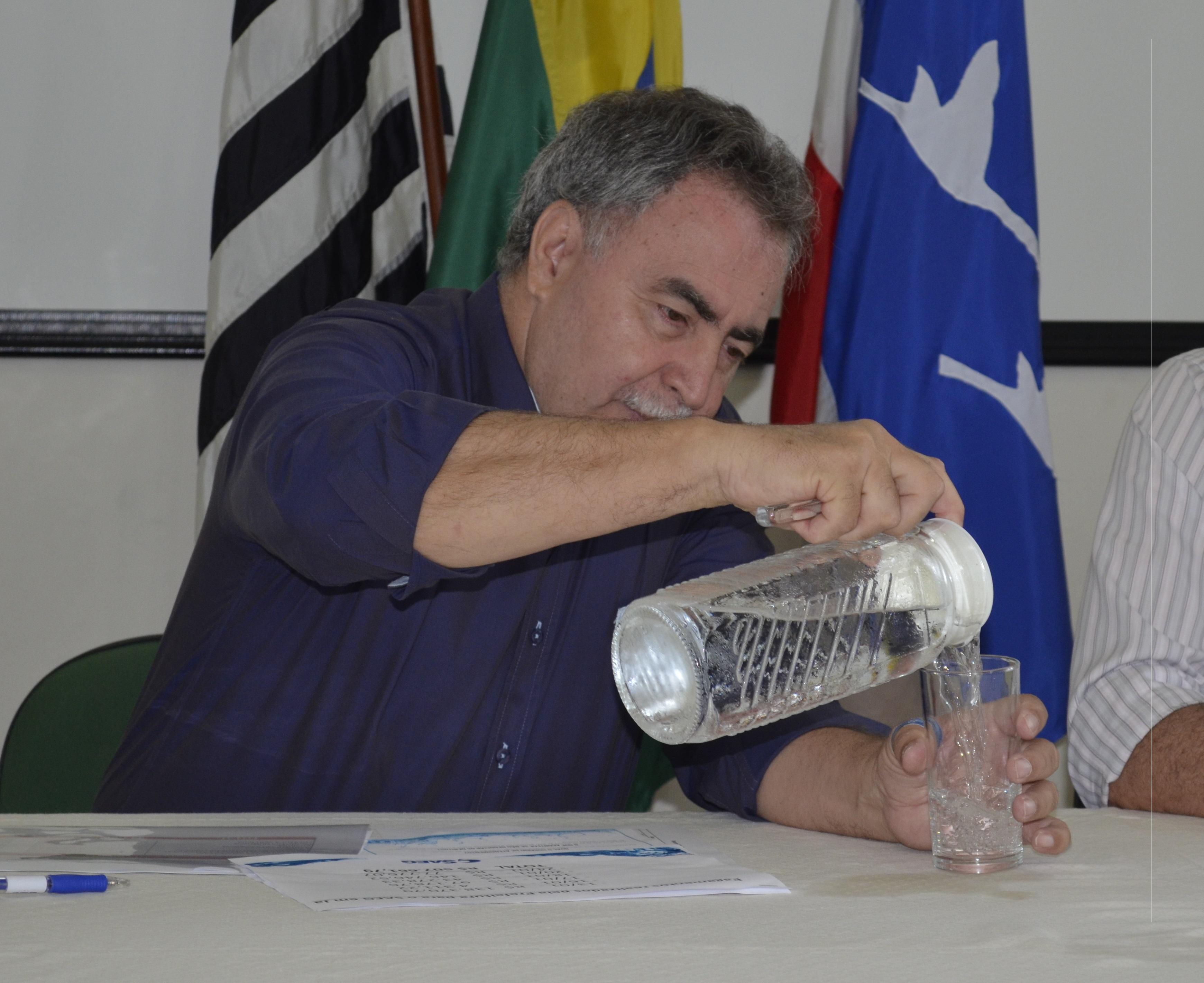 O diretor do Saeg, Miguel Sampaio, durante coletiva que divulgou rombo de R$ 13 milhões nas contas da autarquia (Foto: Leandro Oliveira)