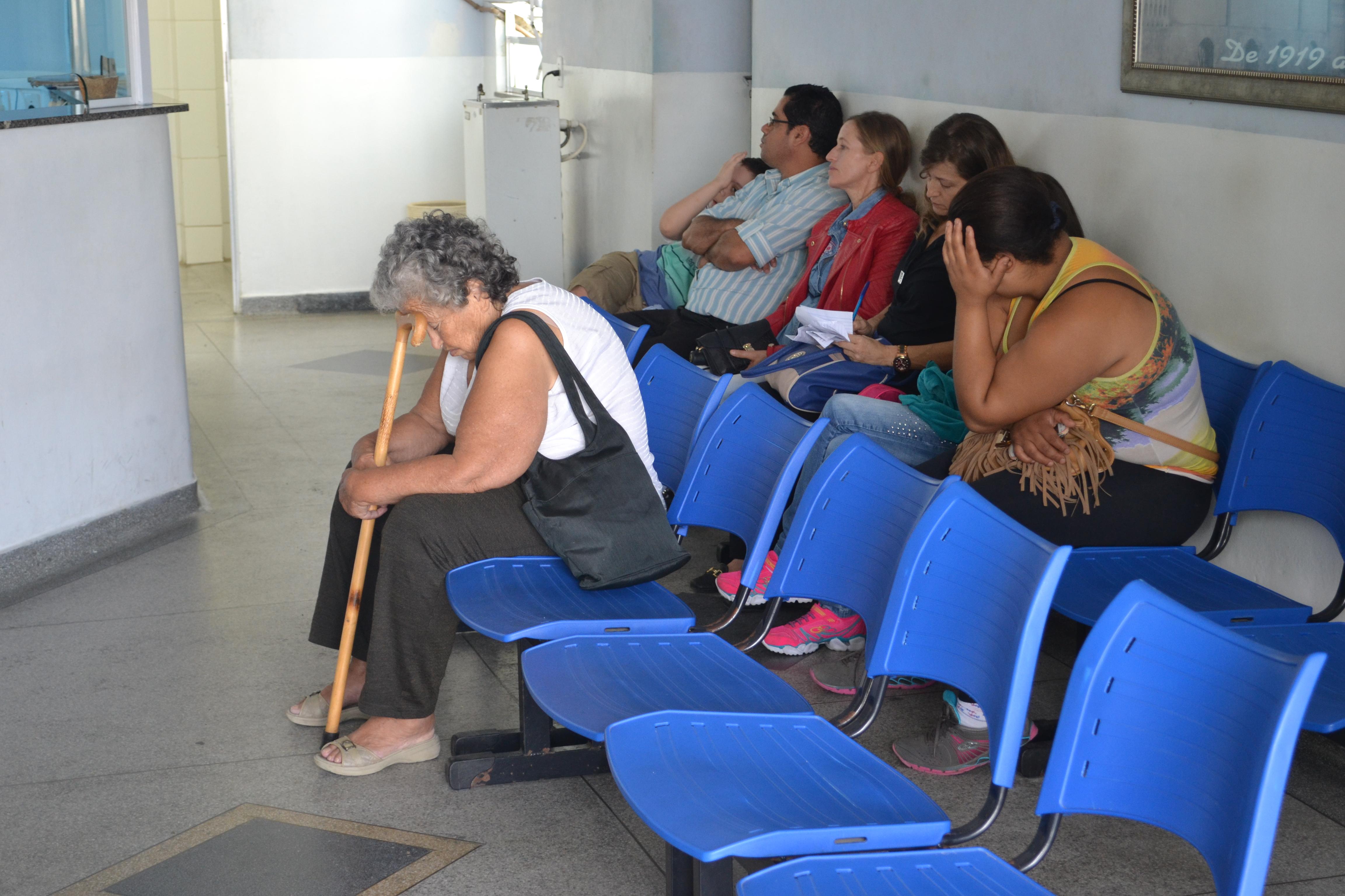 Pacientes aguardam atendimento na Santa Casa de Cachoeira; expectativa para retorno de cirurgias ainda em janeiro (Foto: Arquivo Atos)