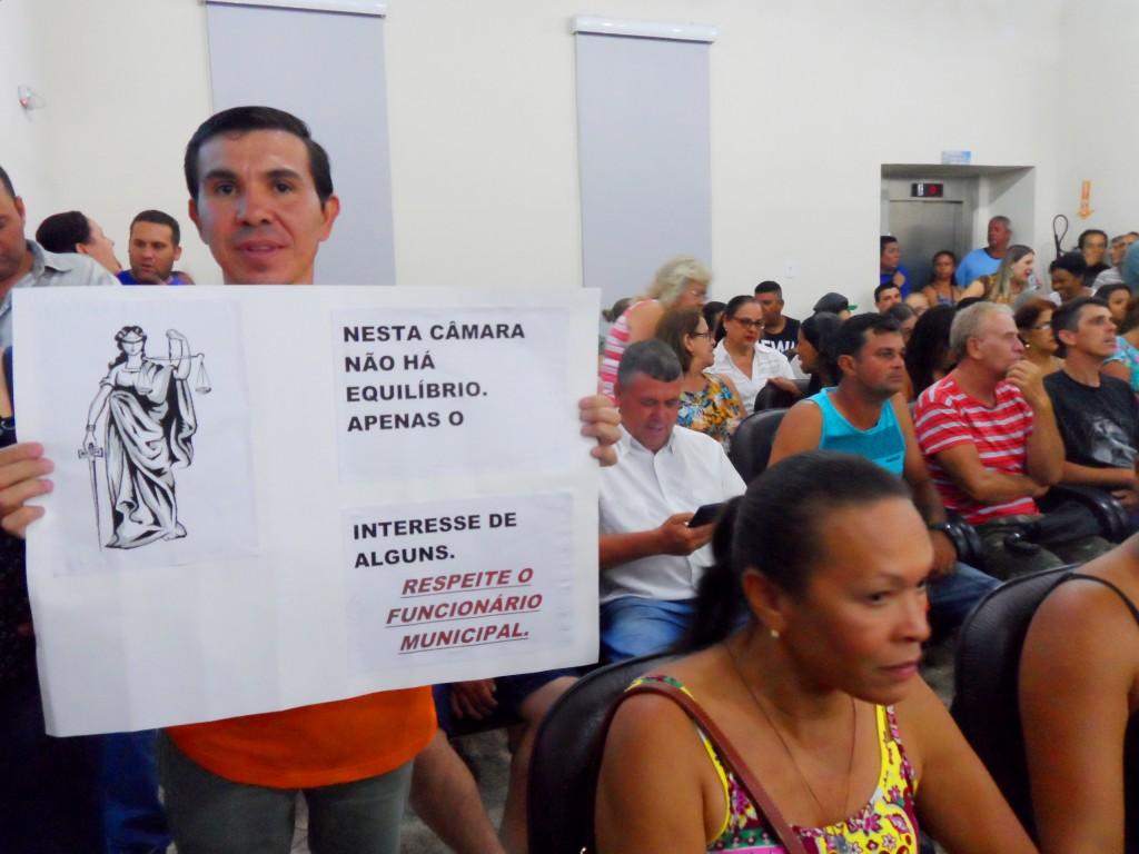 Servidores fazem manifestações durante sessão da Câmara de Cruzeiro, na última segunda-feira (Foto: Maria Fernanda Rezende)