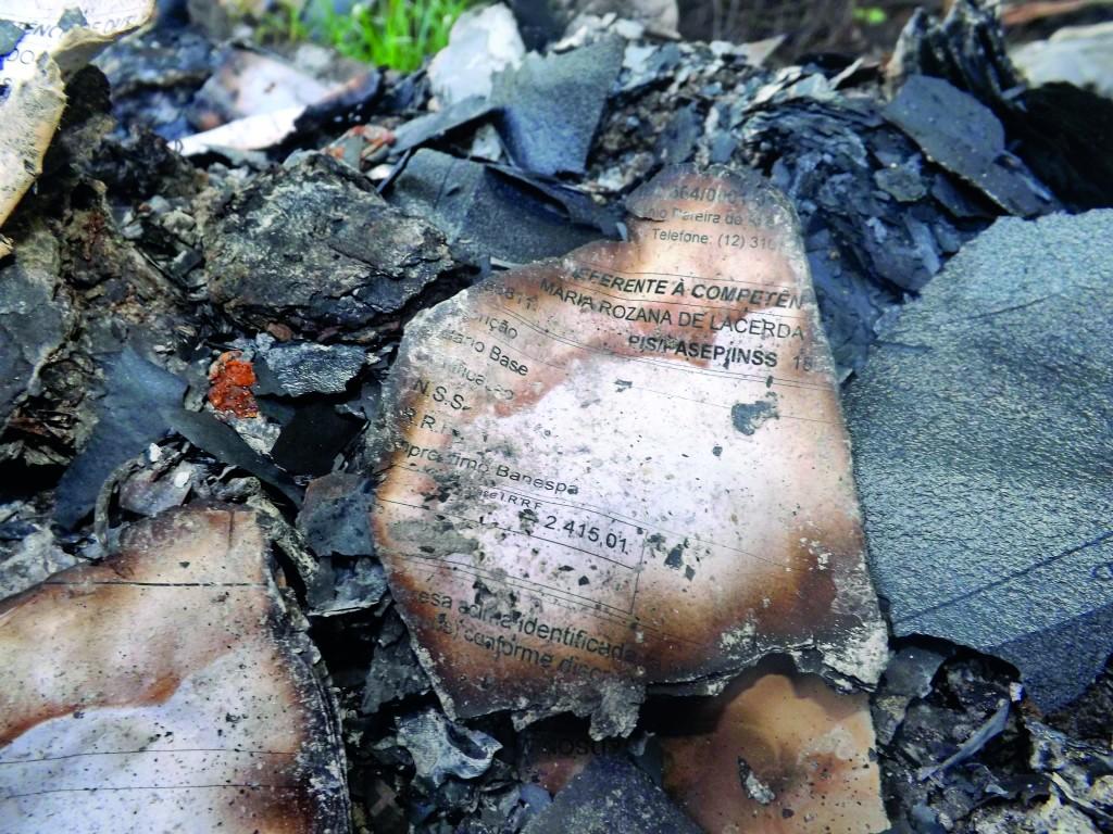 Restos de documentos da gestão anterior encontrados em latão nos fundos da garagem municipal; Prefeitura vai pedir investigação no MP (Francisco Assis)