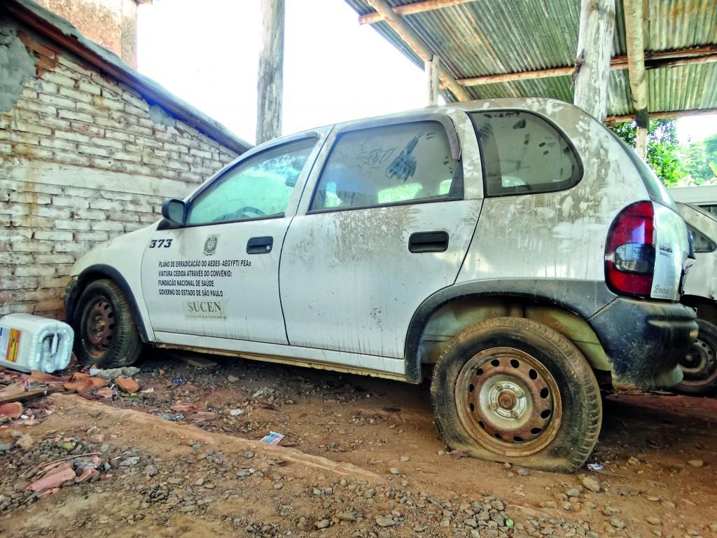Um dos vários carros da Prefeitura deixados em estado de abandono (Lucas Barbosa)