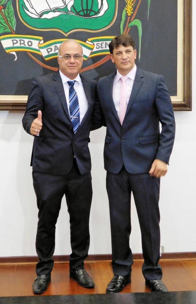 O vice Ricardo Piorino e o prefeito Isael Domingues, que anunciou os últimos nomes que compõe o secretariado em Pindamonhangaba  (Foto: Colaboração / João Paulo Ouverney)