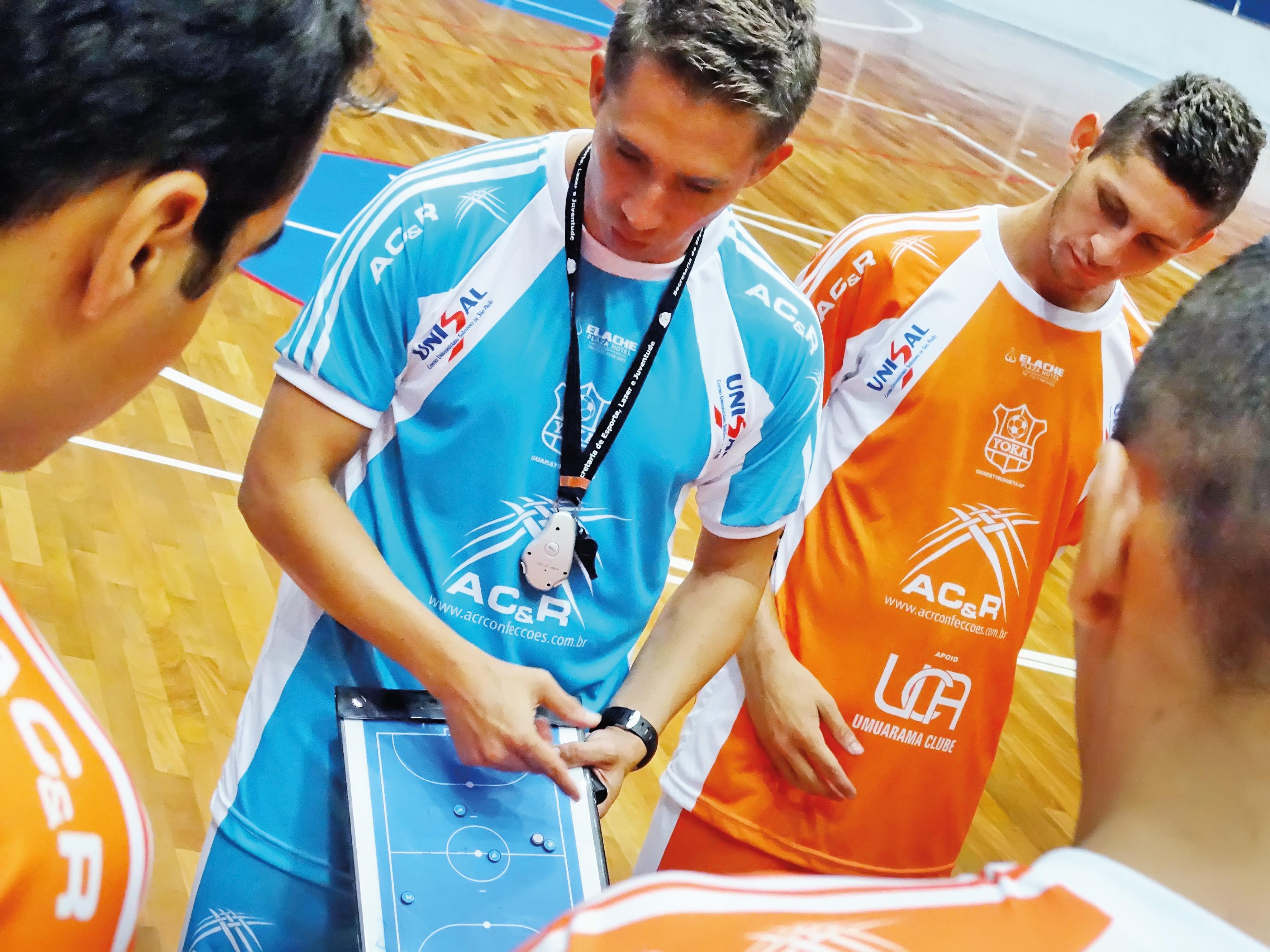 Wesley Szabo passa instruções durante partida em 2016; técnico é um dos remanescentes do time na nova temporada (Foto: Arquivo Atos)
