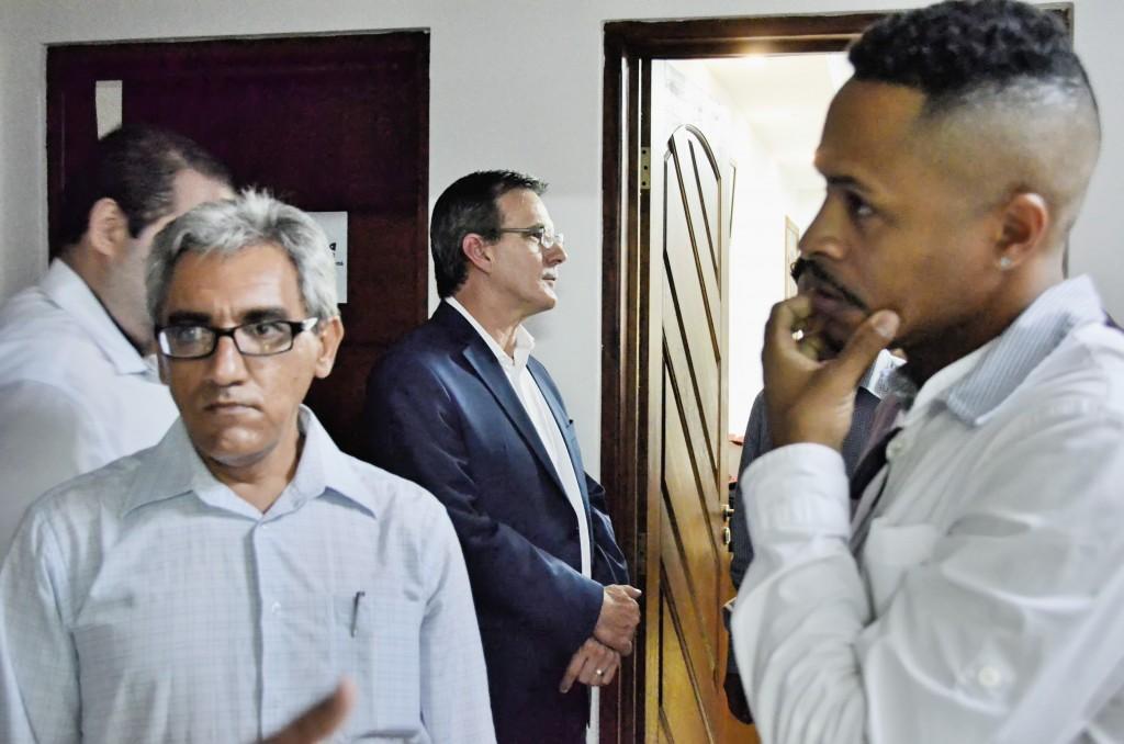 O presidente da Esportiva, Francisco Gonçalves (à esquerda), que se reuniu com o prefeito Marcus Soliva (ao fundo) (Foto: Leandro Oliveira)