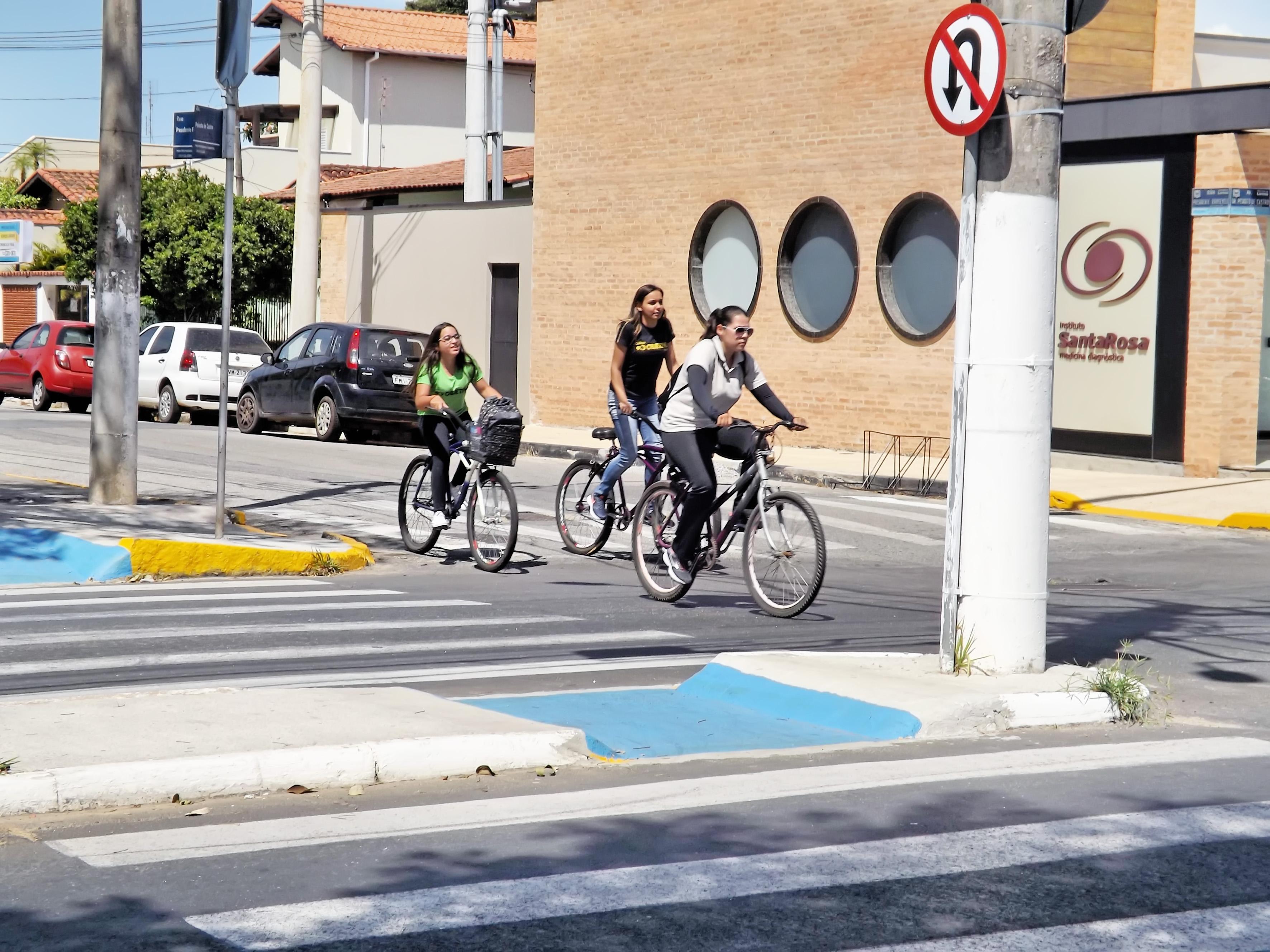 Ciclistas atravessam avenida Peixoto de Castro, que recebe obras para reestruturar acessibilidade (Foto: Lucas Barbosa)