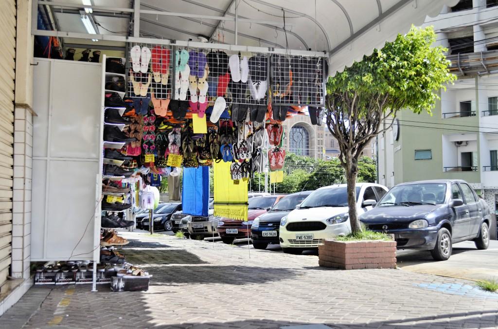 Produtos são expostos na calçada no Centro de Aparecida; proposta da Prefeitura tenta impedir falhas na organização dos estabelecimentos (Foto: Leandro Oliveira)