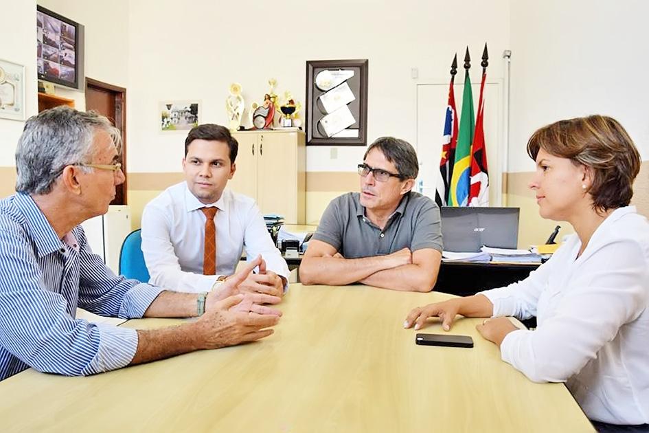 O deputado estadual Davi Zaia, o vereador Bruninho Ribeiro, o prefeito Fábio Marcondes e a deputada federal Pollyana Gama debatem o desenvolvimento de Lorena
