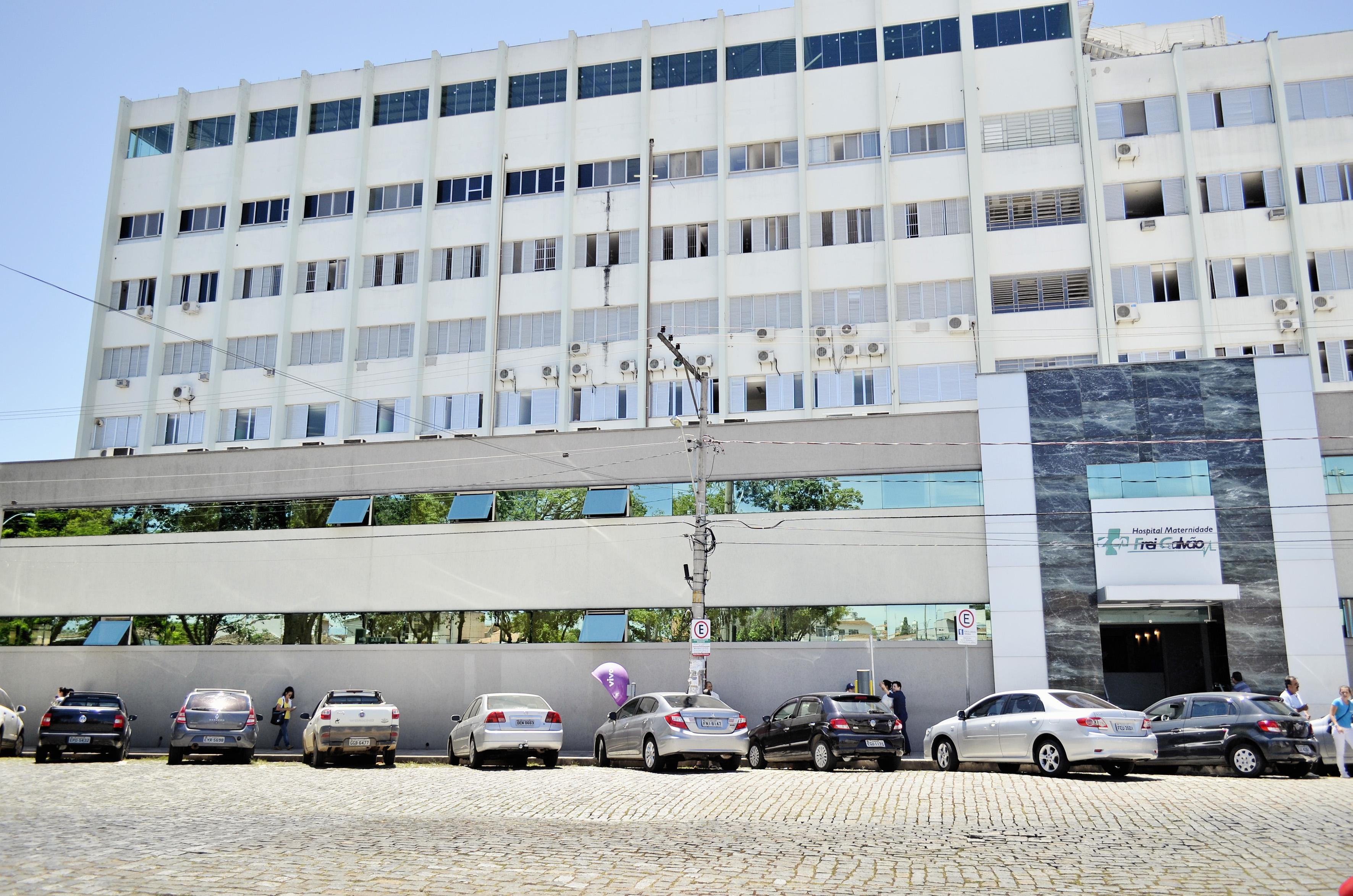 Área para estacionamento em frente ao Hospital Frei Galvão; pacientes pedem o fim das vagas rotativas em áreas próximas ao atendimento (Foto: Leandro Oliveira)