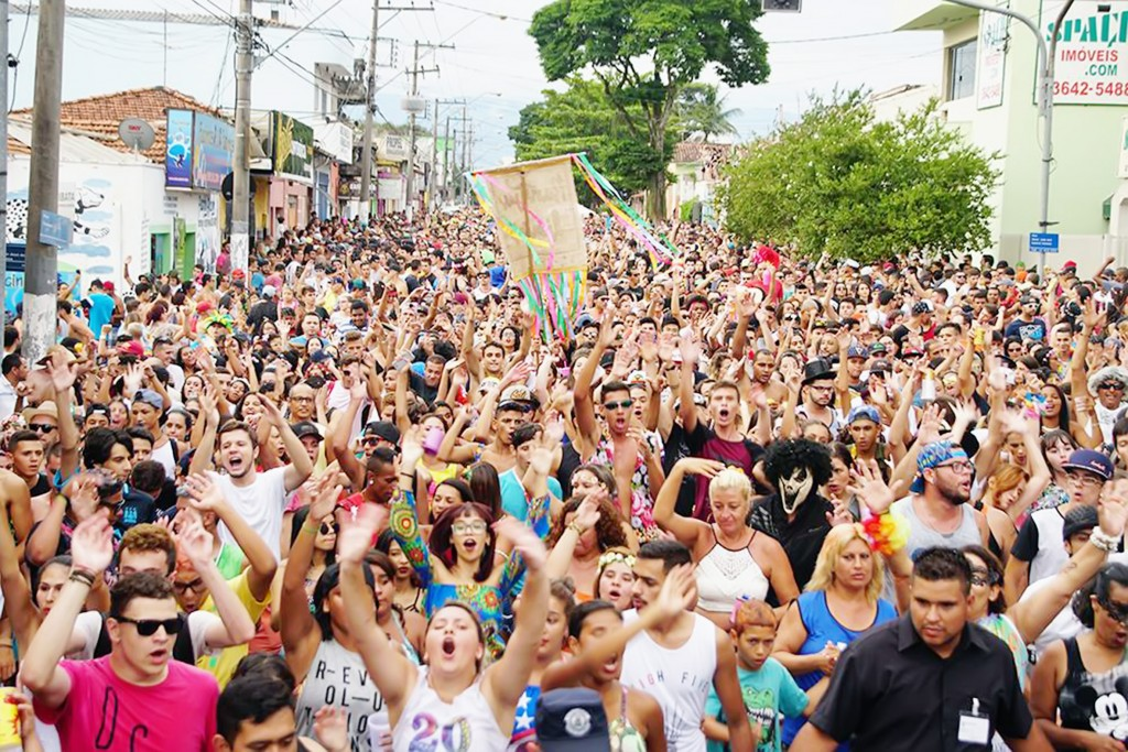 Rua no Centro de Pinda, lotada por foliões durante o Carnaval deste ano; Prefeitura discute saídas para ampliar área de festa em 2018 (Foto: Arquivo Atos)