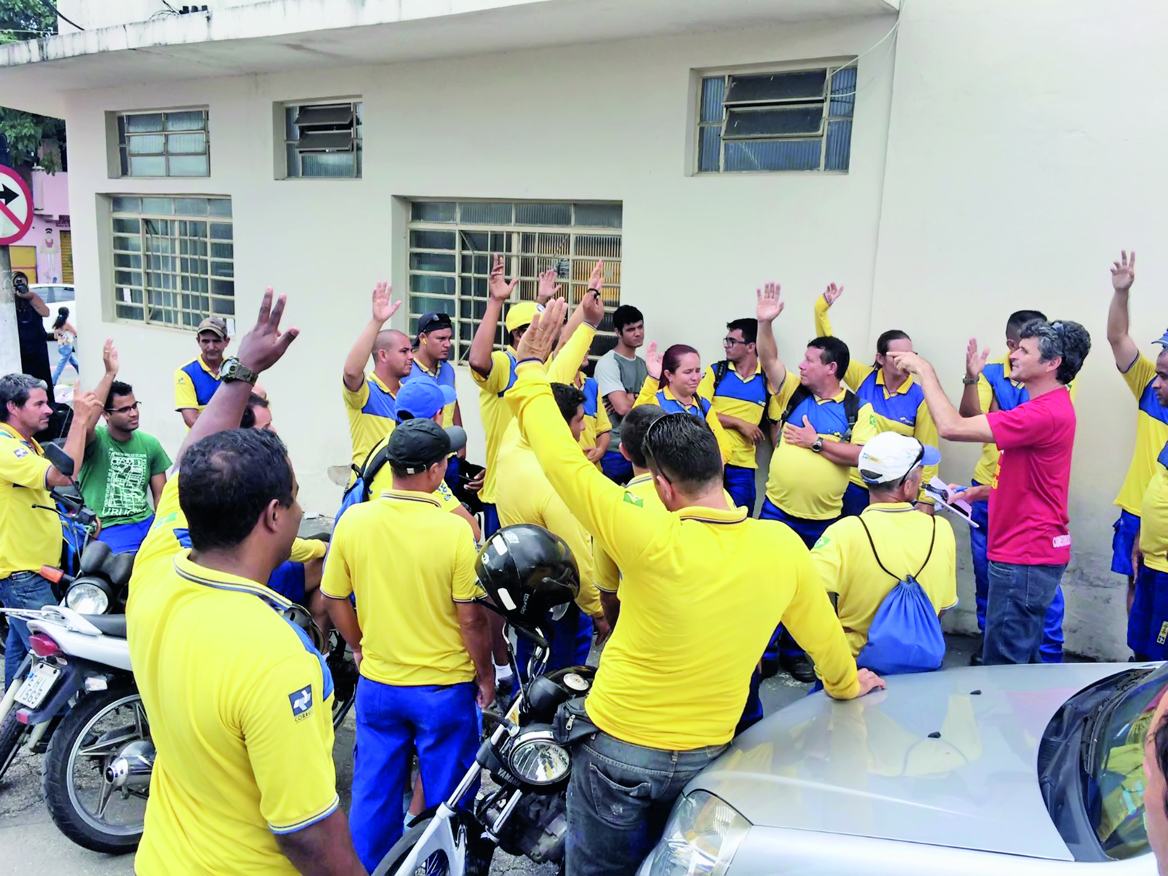 Funcionários dos Correios durante discussão em reunião na centro de distribuição em Guaratinguetá; setor pode entrar em greve na cidade (Foto: Arquivo Atos)