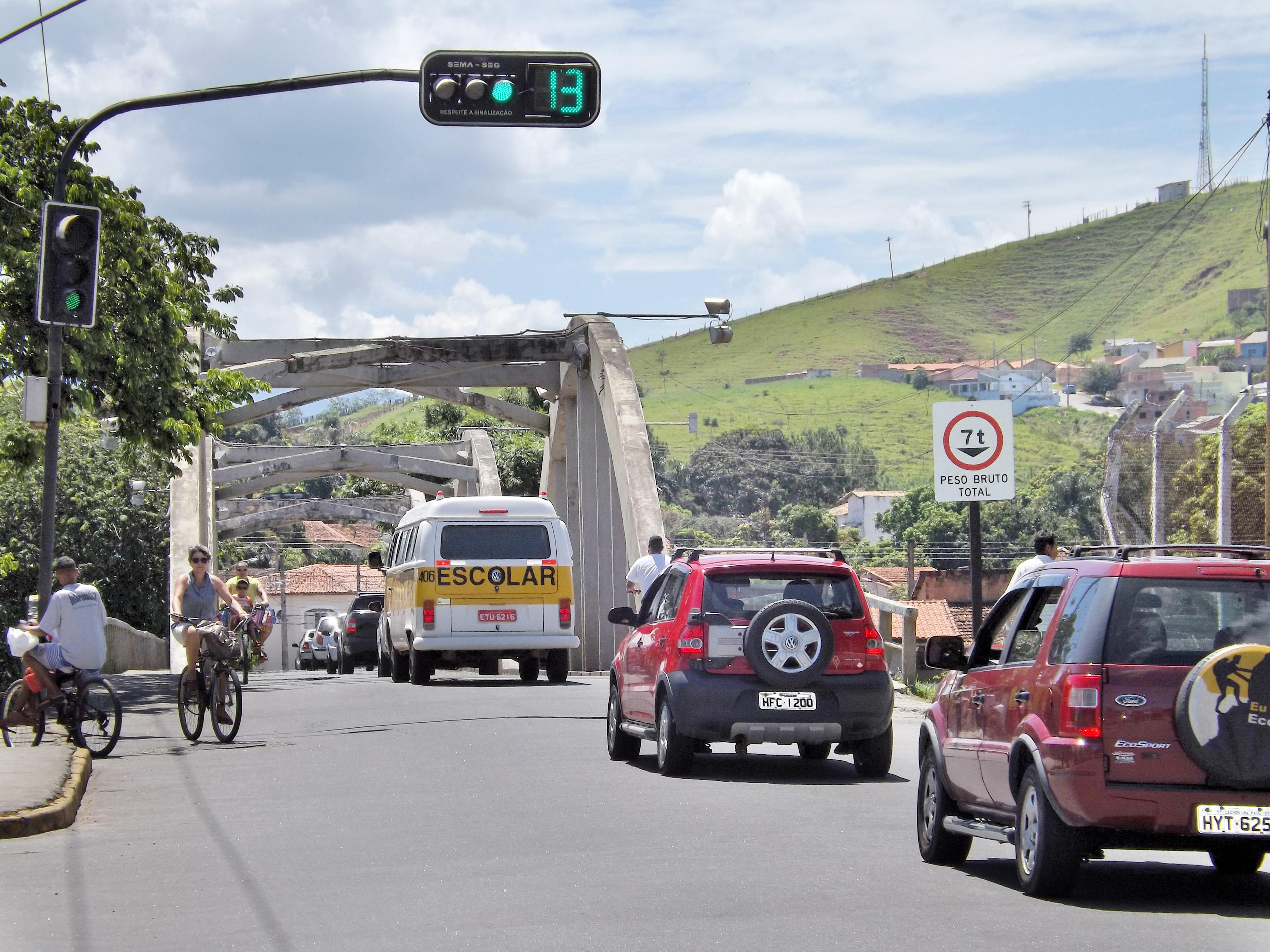 Trecho que divide região central da cidade com a Margem Esquerda e conta com sinalização para impedir acidentes (Foto: Lucas Barbosa)