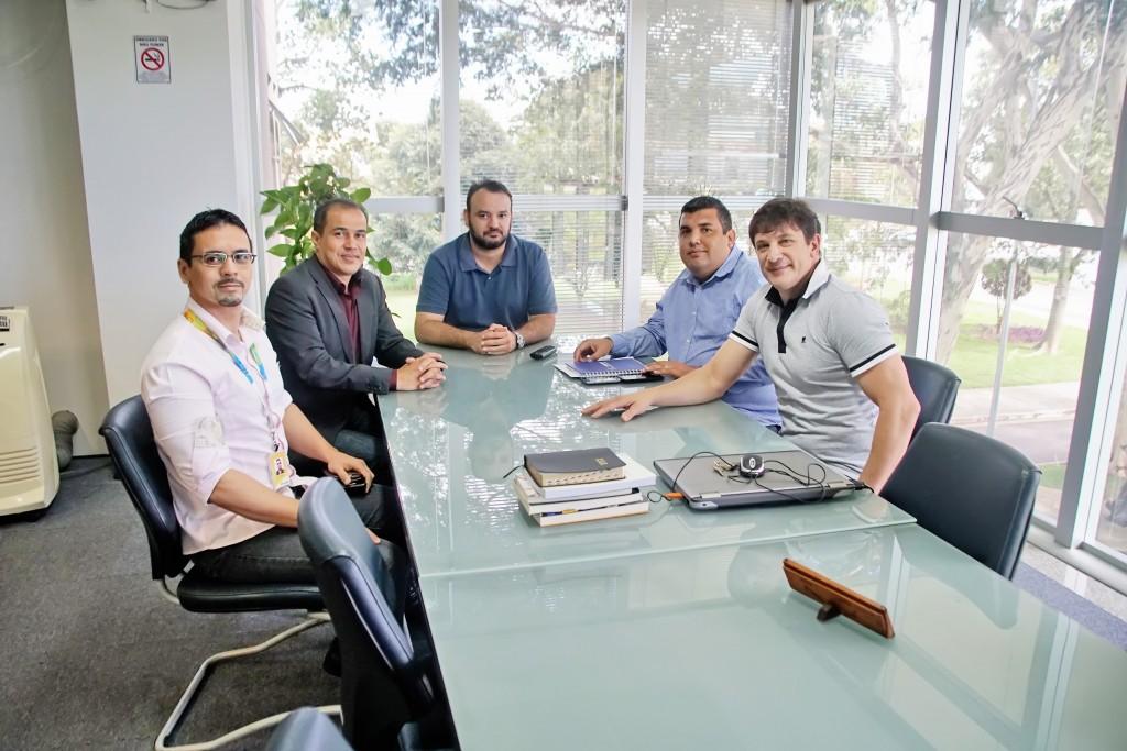 O prefeito Isael Domingues participa de reunião com representantes dos Correios para debater permanência do serviço em Moreira César (Foto: Divulgação)