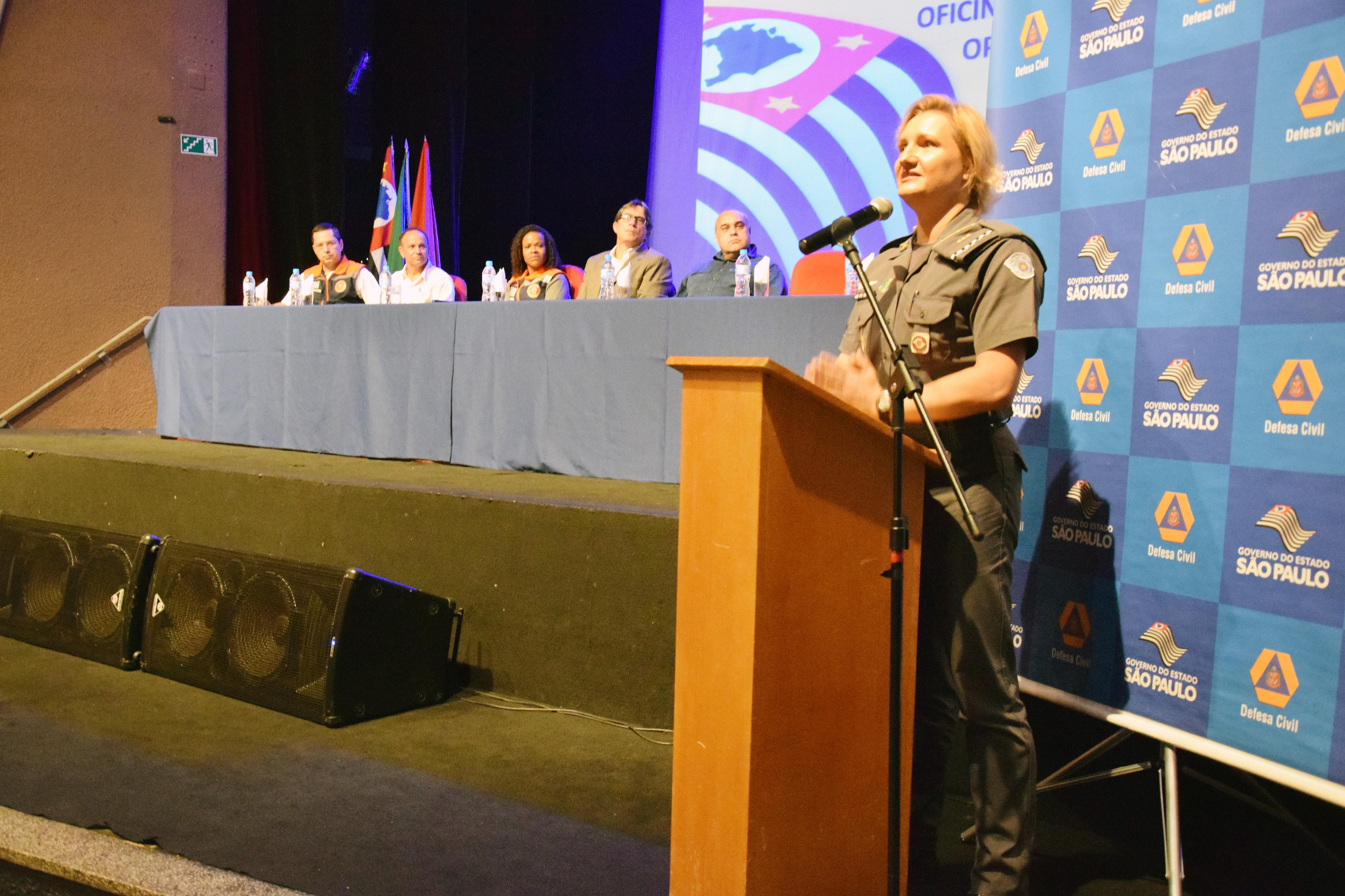 Mesa diretora da reunião de membros da Defesa Civil, Corpo de Bombeiros e Polícia Militar; prefeitos e moradores também participaram (Foto: Lucas Barbosa)