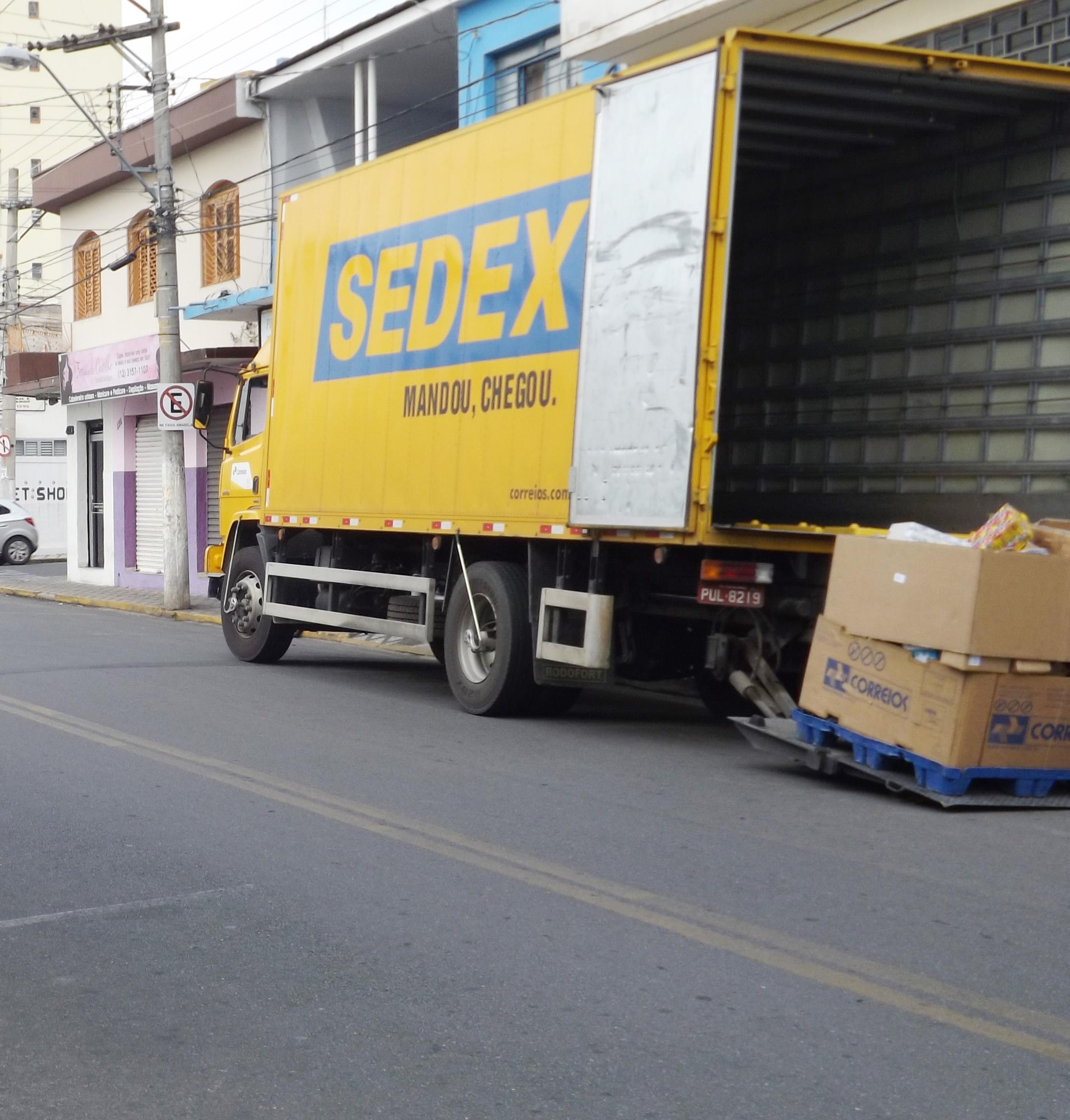Carregamento de material do Sedex; serviço é alvo de reclamações em Guaratinguetá (Foto: Arquivo Atos)