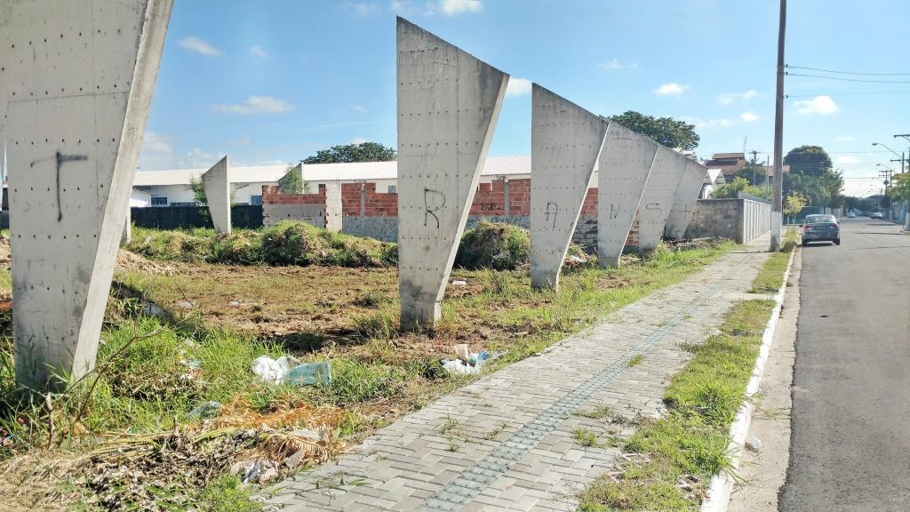 Obra da quadra poliesportiva que seria construída no Jardim Paraíba e que hoje se transformou em problema para quem vive no bairro (Foto: Rafael Rodrigues)
