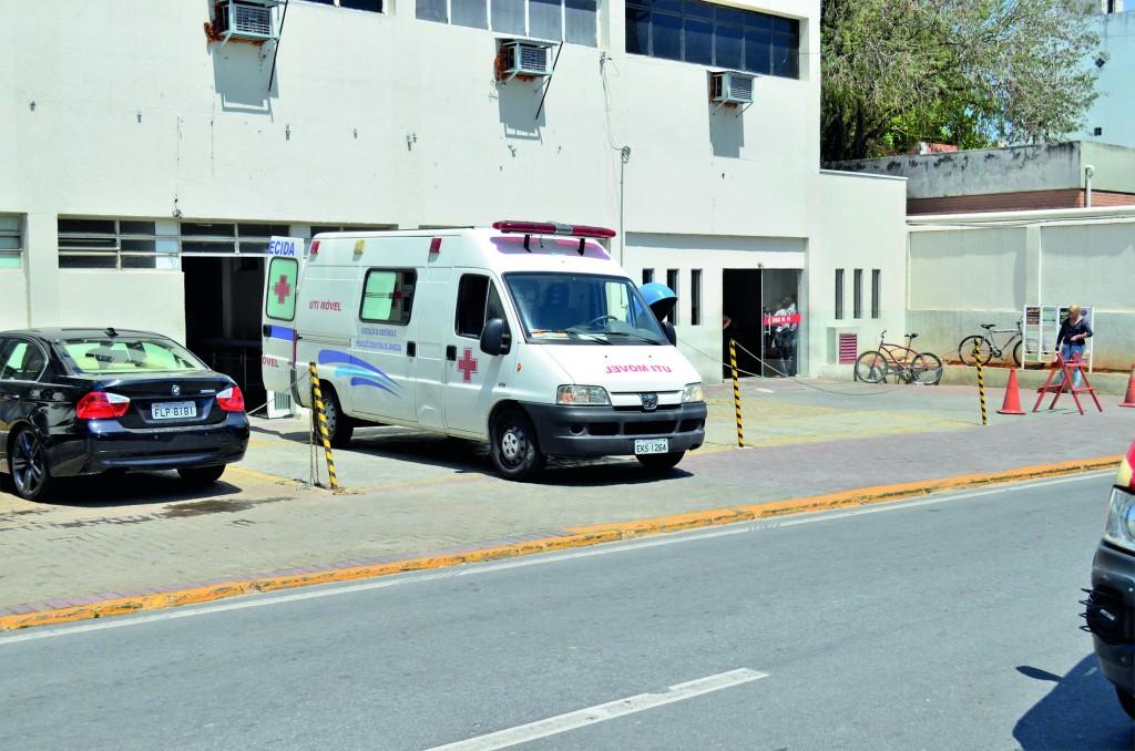 Ambulância do transporte público em frente a Santa Casa de Aparecida; população aponta falhas no serviço (Foto: Arquivo Atos)