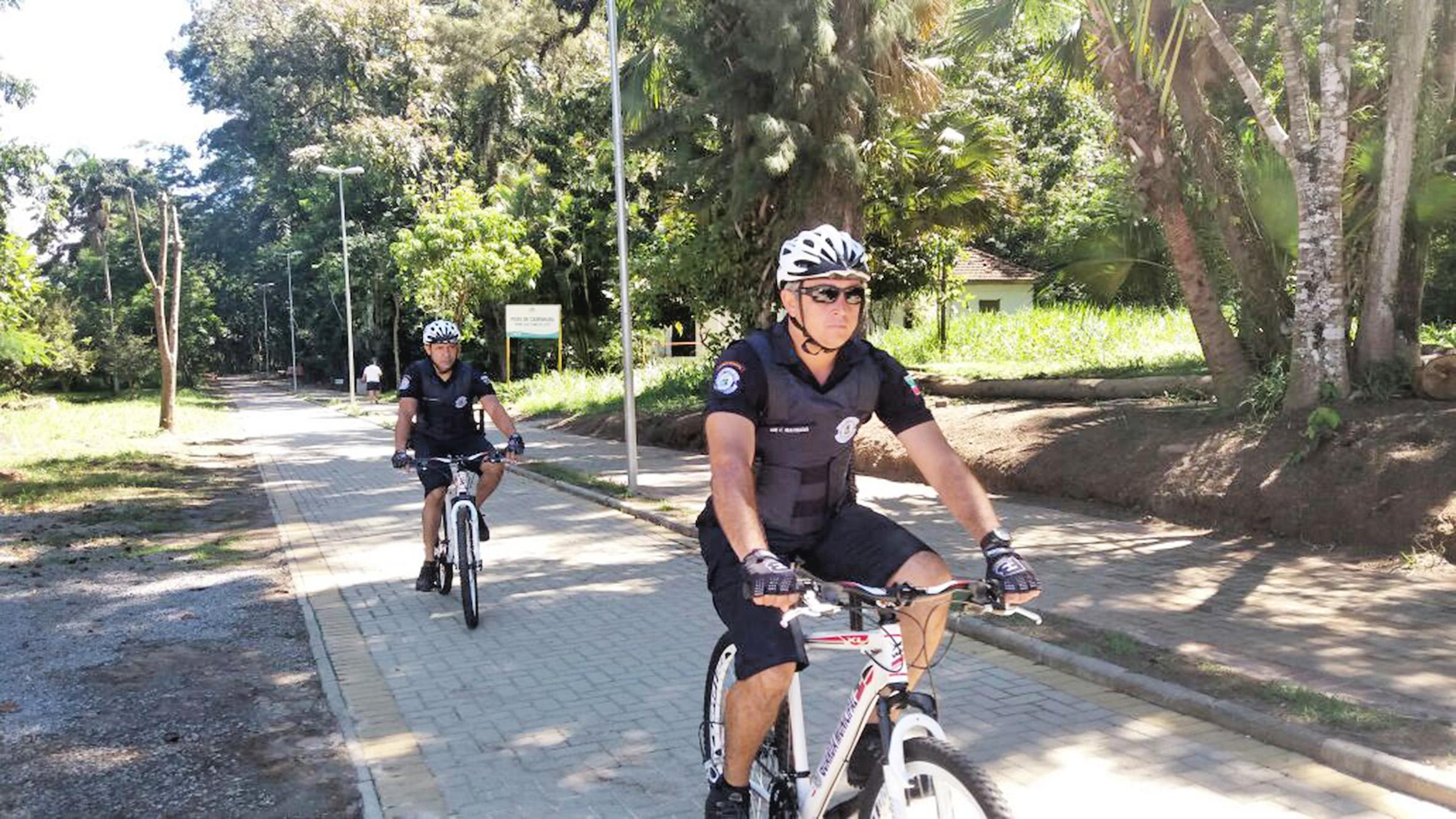 Policiais militares fazem ronda com bicicletas em Pindamonhangaba; parceria amplia sistema de prevenção à criminalidade no município (Foto: Divulgação)