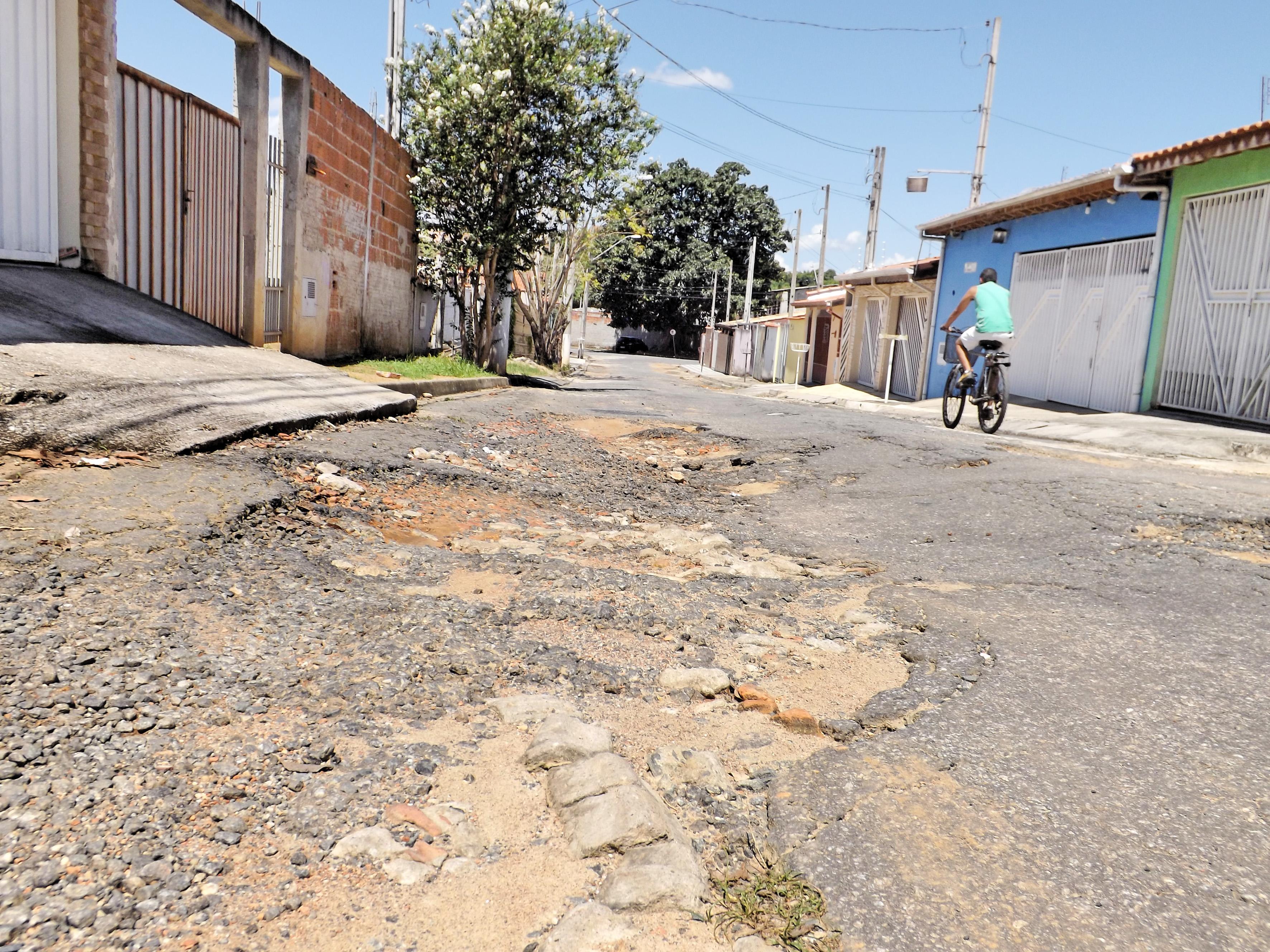 Pavimentação irregular é um dos principais problemas apontados por moradores de bairro em Cachoeira (Foto: Lucas Barbosa)
