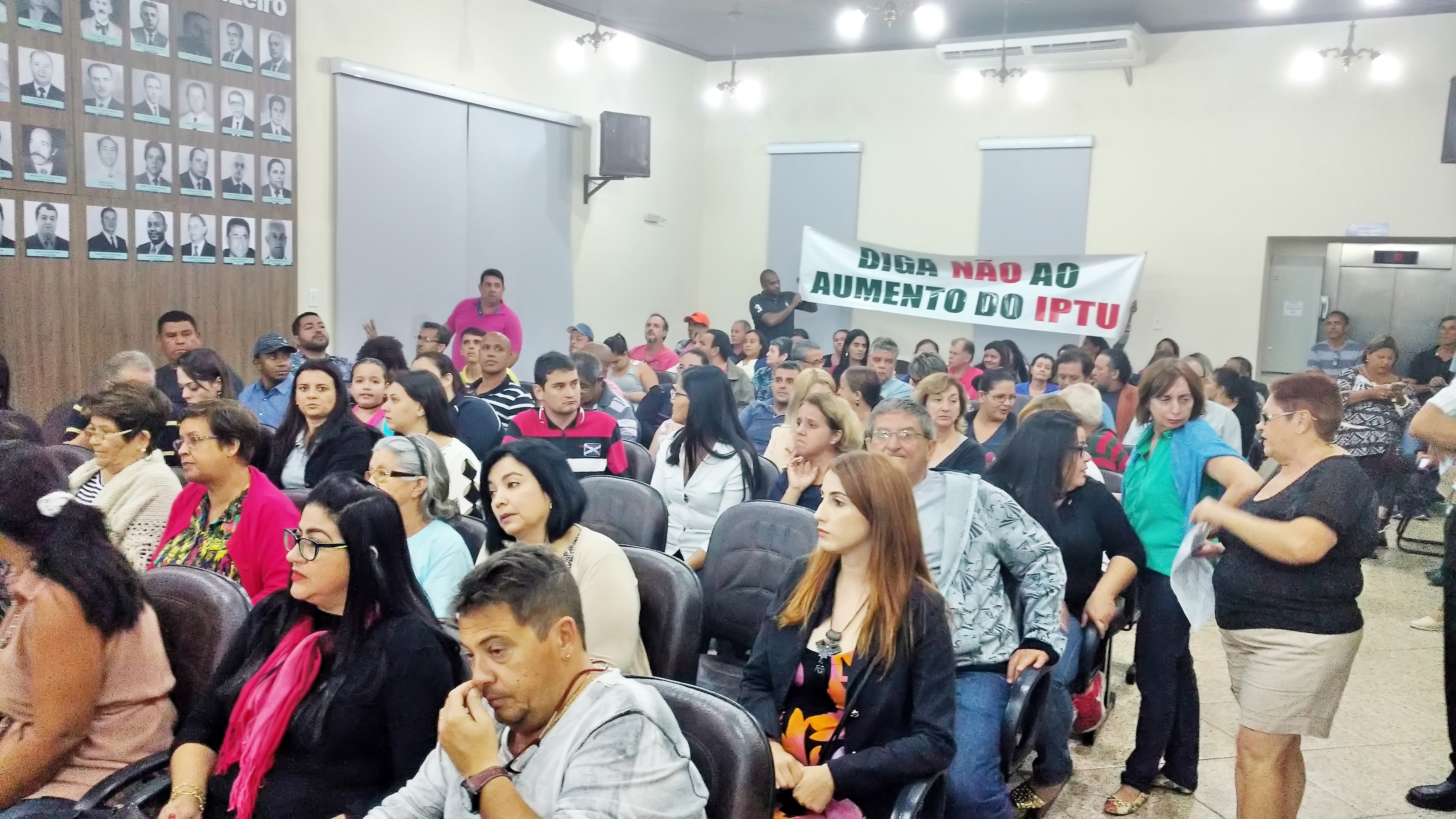 Moradores de Cruzeiro vão à Câmara protestar contra reajuste do IPTU; movimento cobra apoio na Casa (Foto: Rafael Rodrigues)