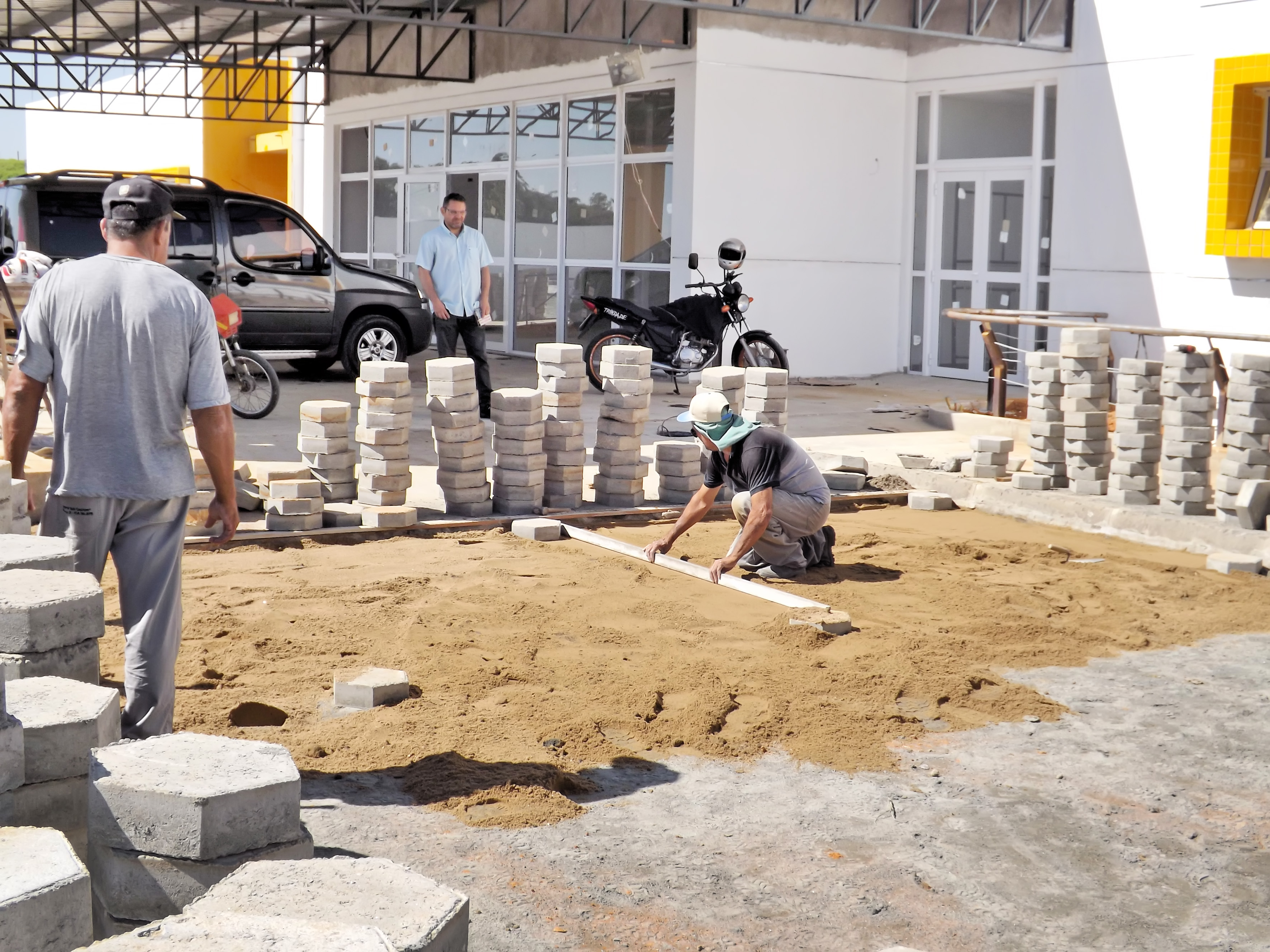 Funcionários trabalham em obra da construçãodo CER, uma das várias obras em andamento em Lorena (Foto: Lucas Barbosa)