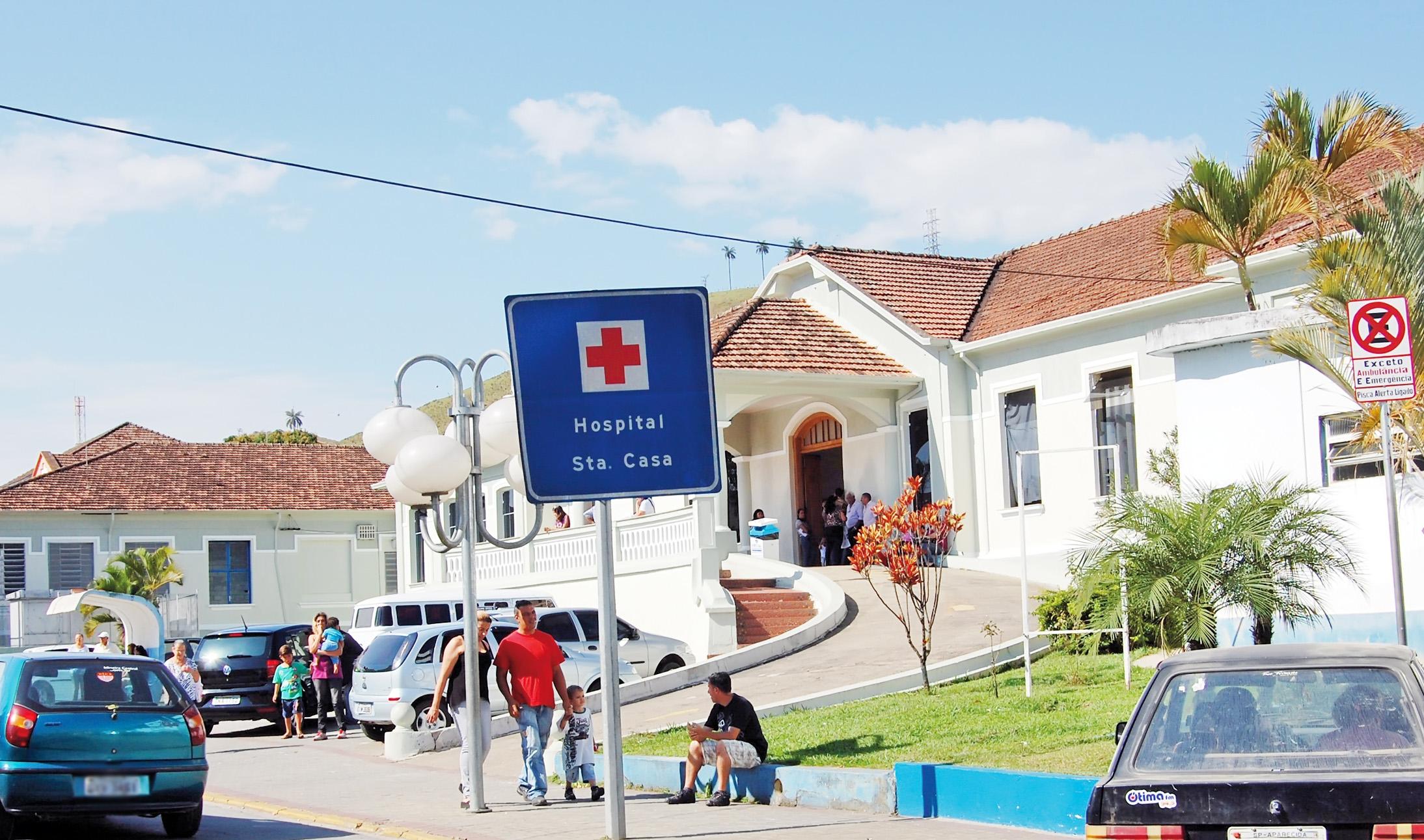Pacientes aguardam atendimento em frente à Santa Casa de Aparecida; entidade deve repassar atendimento do Pronto Socorro ao Município (Foto: Arquivo Atos)