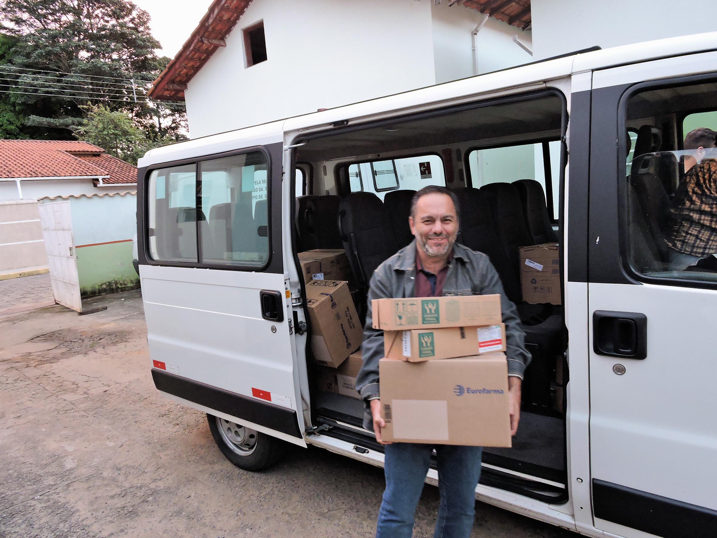 O prefeito Guilherme de Carvalho durante entrega de medicamentos para o atendimento em Silveiras (Foto: Divulgação)