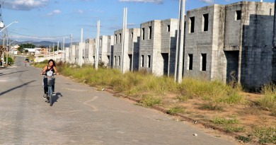 Construção de prédios da CDHU paralisado na Vila Rica; obra deve ser retomada após nova licitação (Foto: Francisco Assis)