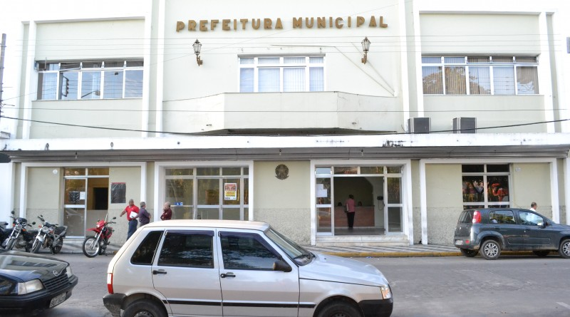 Fachada da Prefeitura de Cruzeiro na praça 9 de julho; cidade está entre as maiores devedoras do país (Foto: Arquivo Atos)