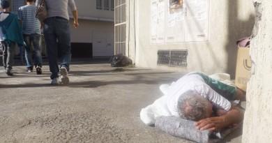 Morador de rua passa por despercebido em meio a pedestres; Casa em Pinda acolhe até vinte assistidos (Foto: Arquivo Atos)