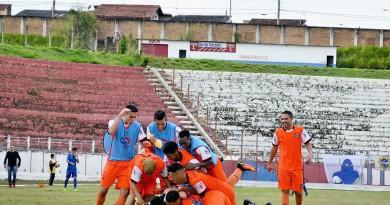 Jogadores do Manthiqueira brincam durante treino no Dario Rodrigues Leite, local da decisão de sábado (Foto: Reprodução)