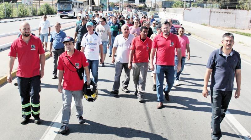 Funcionários da Nobrecel durante protesto pelas ruas de Pinda contra pagamento das rescisões trabalhistas, atrasadas há quase quatro anos (Foto: Divulgação)