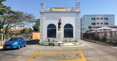O portal de Cachoeira Paulista, que  aguarda decisão do Ministério do Turismo para definir retirada de estrutura polêmica na entrada da cidade (Foto: Jéssica Dias)