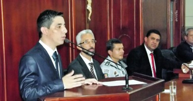 O presidente da Câmara fala, acompanhado por Edson Mota; vereadores prometem cobrar prefeito (Foto: Arquivo Atos)