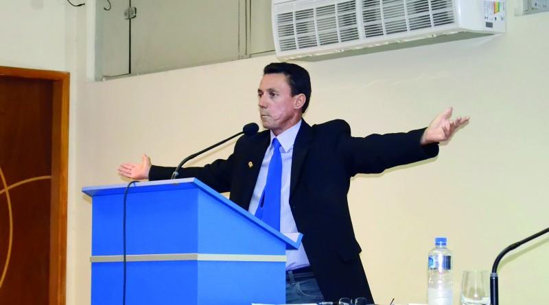 O vereador Elcinho Ribeiro acusado de participação em esquema fraudulento em Aparecida; relatório não segue denúncia (Foto: Arquivo Atos)