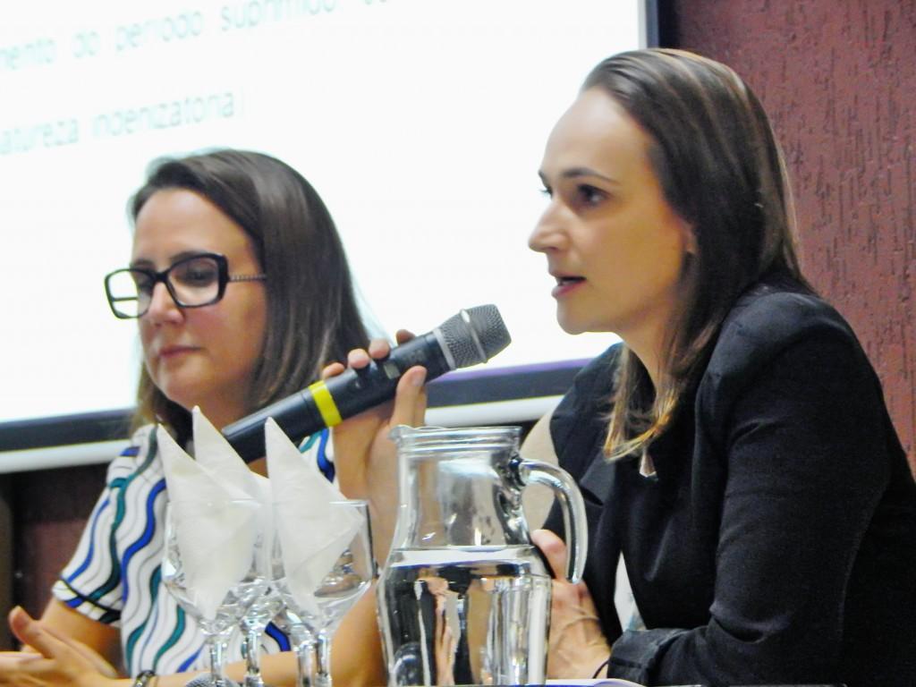 As advogadas Tricia Maria Sá e Julia Michele Pereira durante palestra no salão de juri do Unisal; debate dobre a Reforma Trabalhista de Temer (Divulgação)