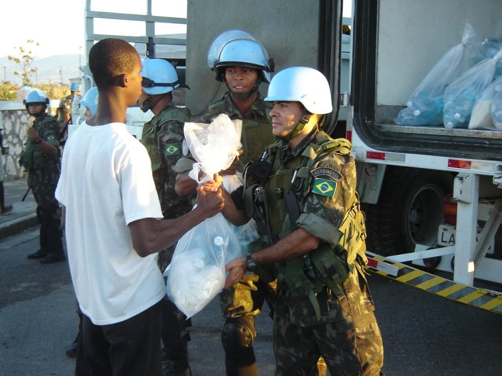 Jovem haitiano é atendido por soldados do Exército Brasileiro, presentes em operação da ONU até 2017