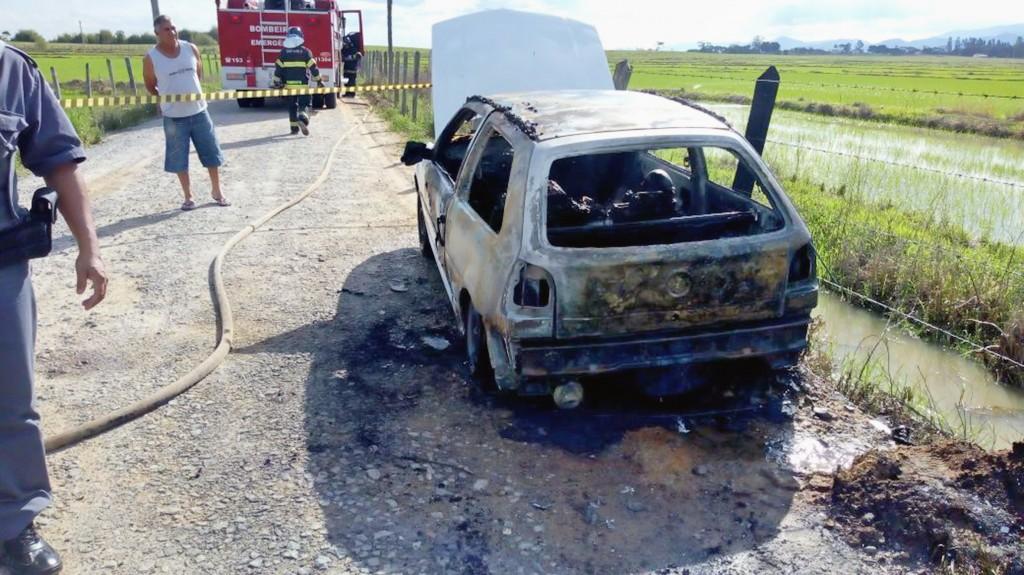 Carro ocupado por vítímas foi encontrado incendiado; crime com requintes de crueldade assustou morados de Potim no último fim de semana (Foto: Divulgação Polícia Civil)