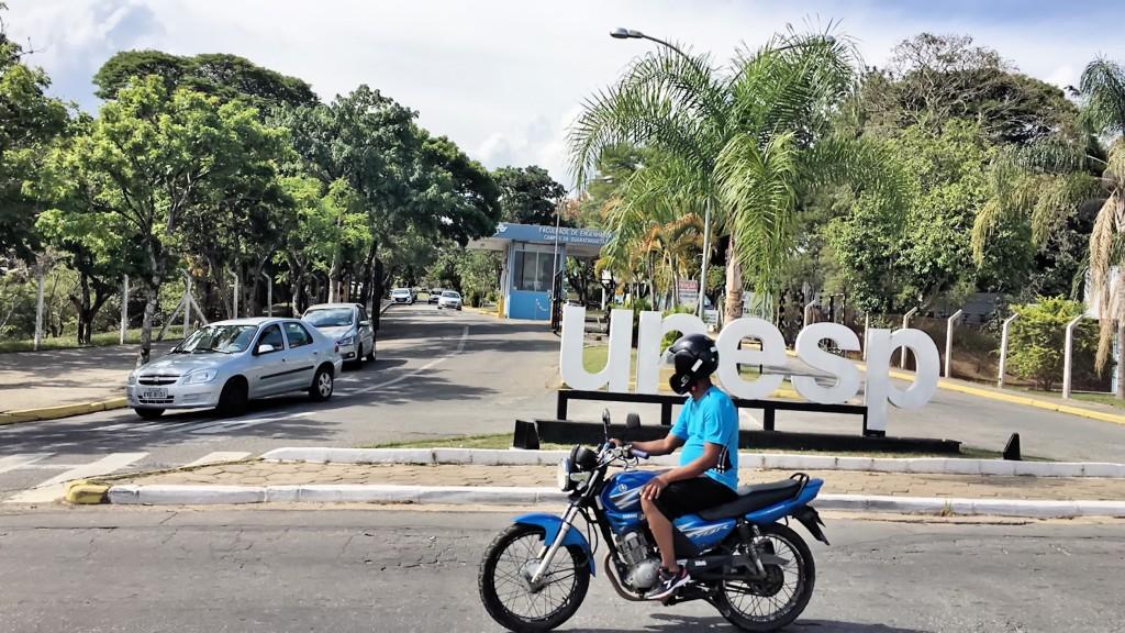 Movimento em frente à unidade da Unesp, em Guaratinguetá, um dos alvos de assaltantes na região; quadrilha tem brasileiros e colombianos (Foto: Jéssica Dias)
