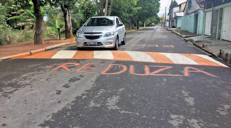 Sinalização improvisada na avenida dos Puris; moradores revoltados com demora de um ano da Prefeitura (Foto: Jéssica Dias)